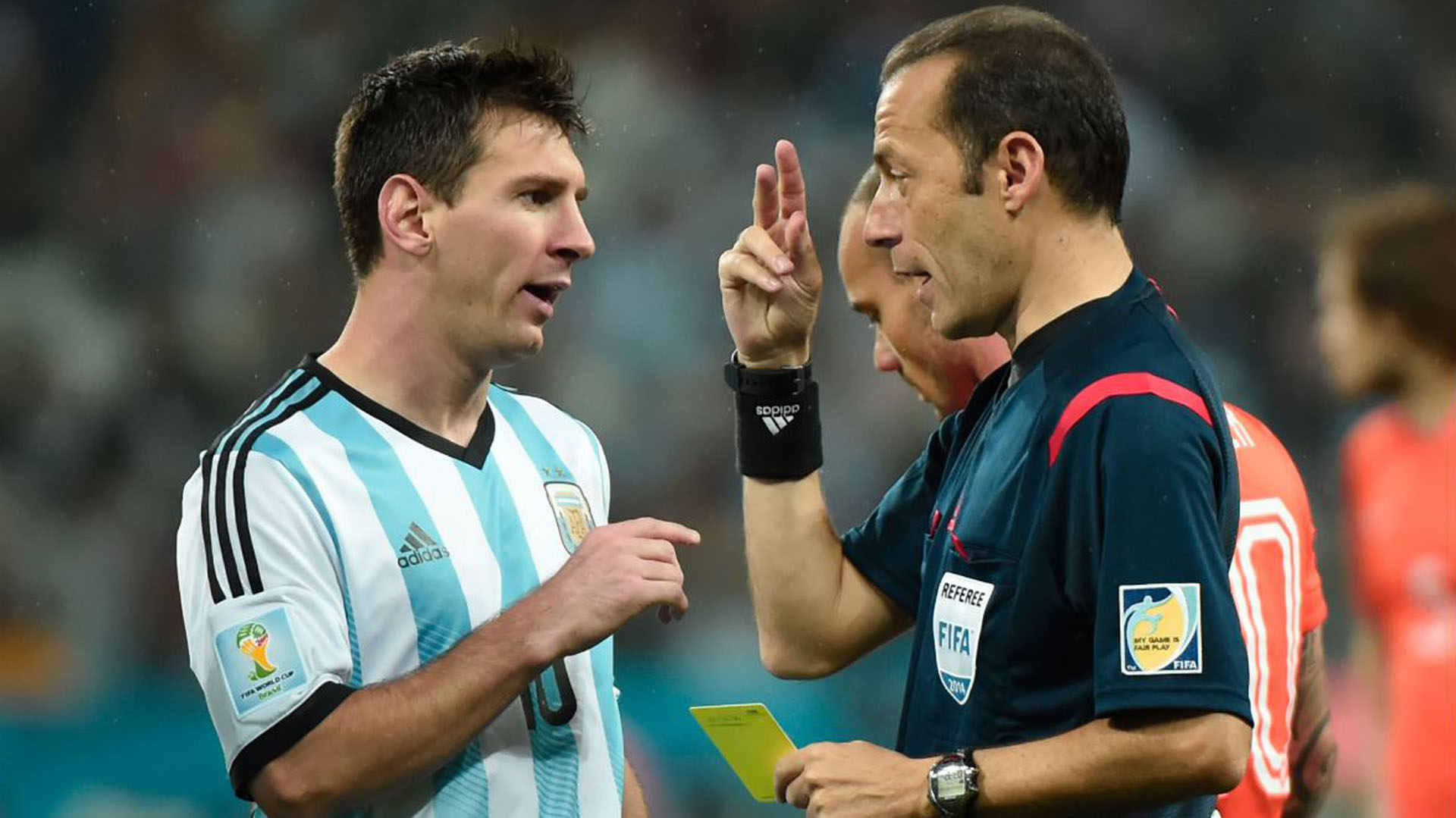 Cuneyt Cakir ya dirigió a la Selección Argentina en el Mundial Brasil 2014
