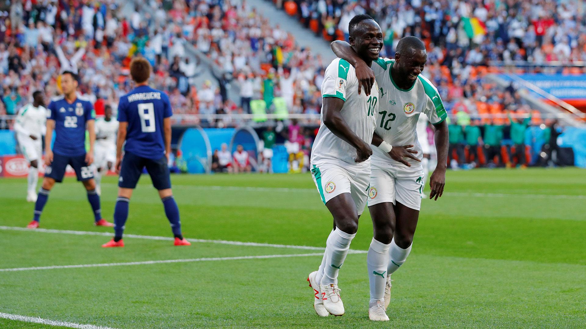 Sabaly abaraza a Mané en el primer gol de Senegal contra Japón (Reuters)