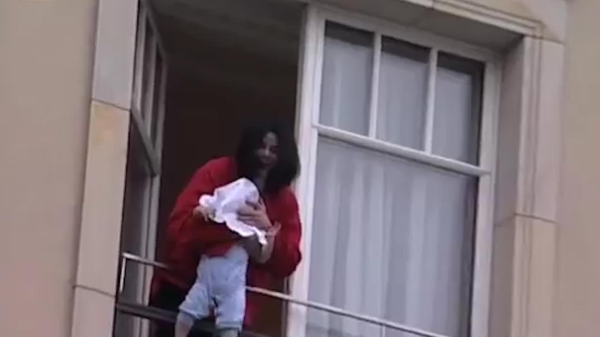 Uno de los momentos donde se criticó la actitud del cantante al mostrar a su hija en el balcón cuando era una bebé Foto: (Archivo)