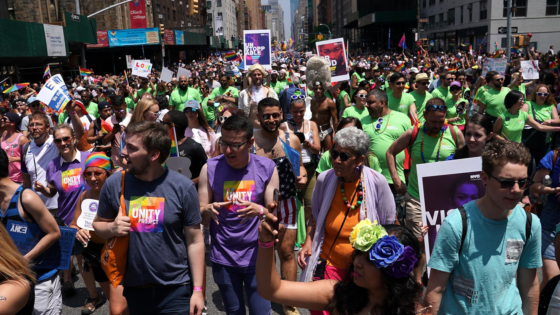 Los neoyorquino portaron los colores de arcoiris en remeras, banderas y máscaras (AFP)