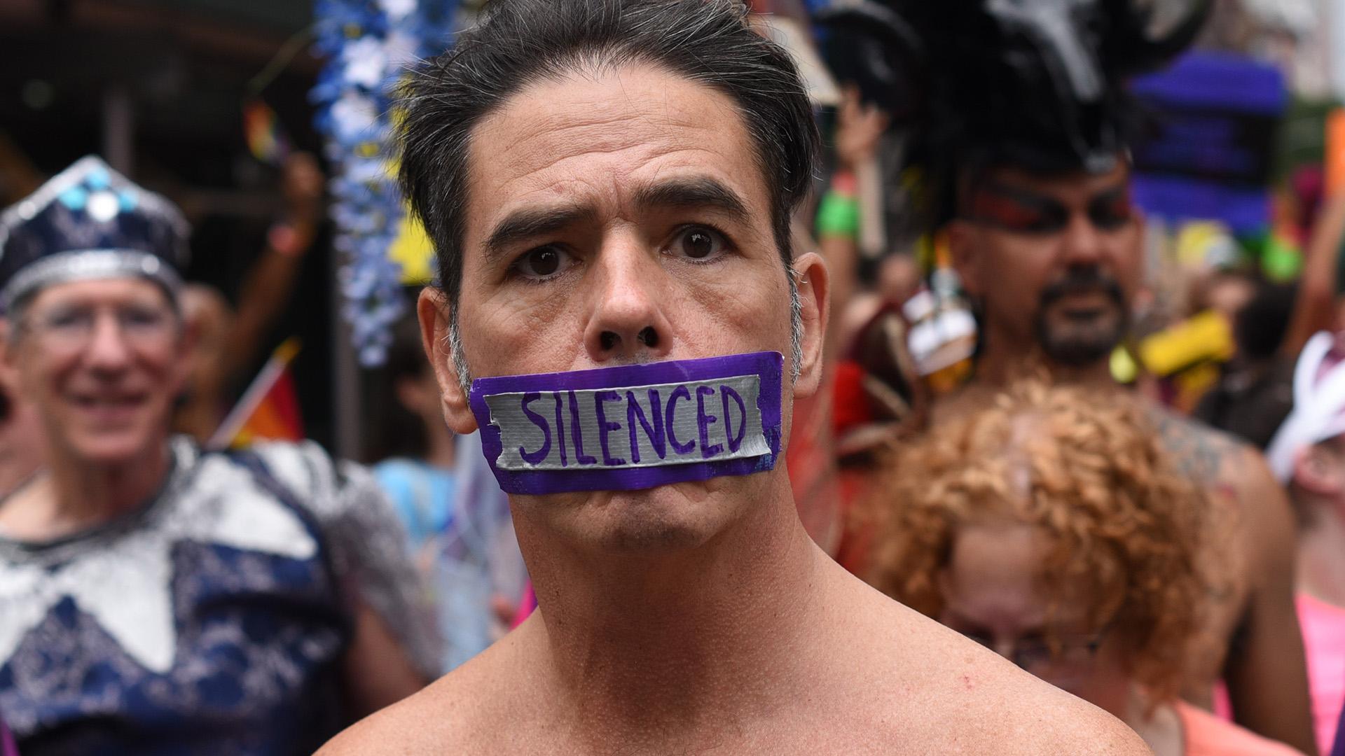 Algunos aprovecharon la marcha para pronunciar mensajes de protesta (AFP)