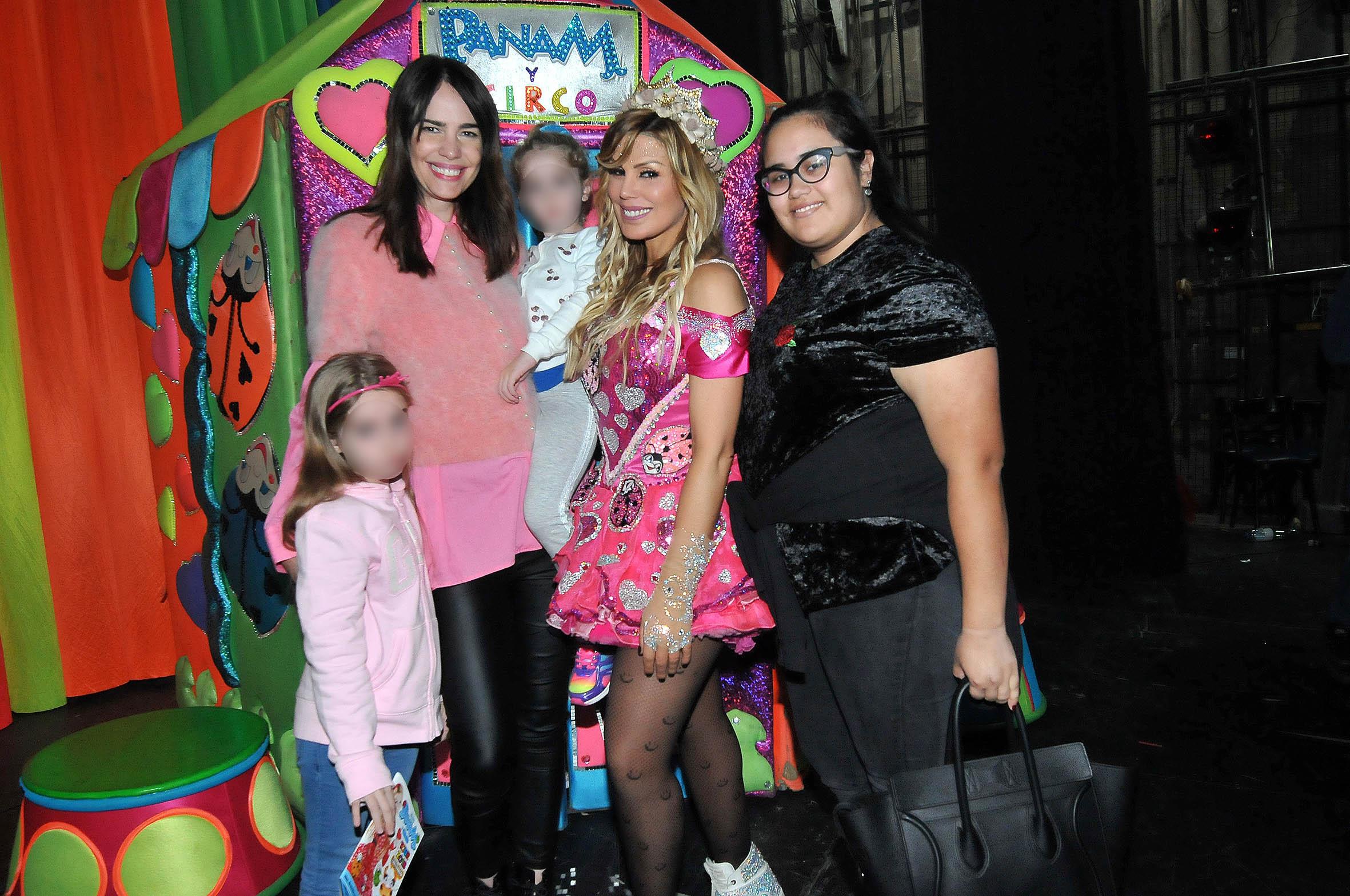 Romina Pereiro junto a sus hijas y Rocío Rial