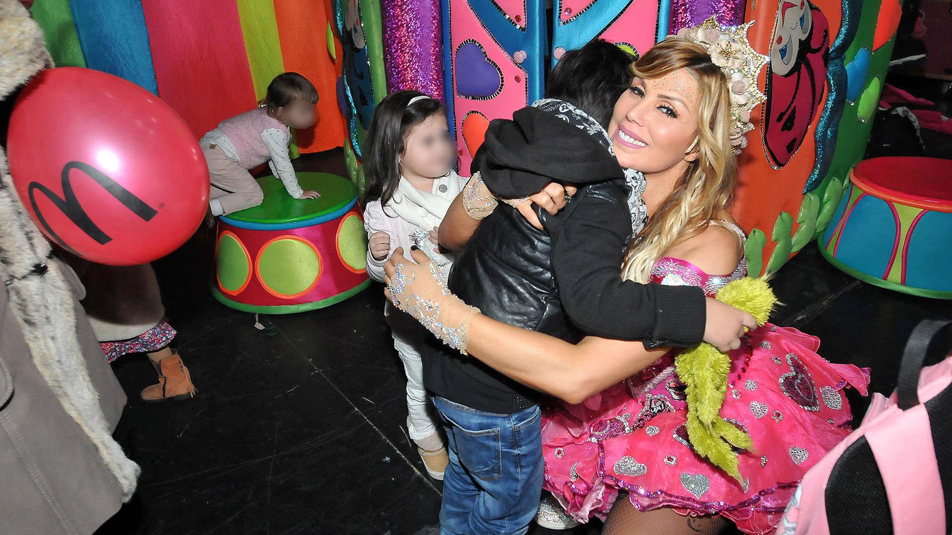 El abrazo de Dieguito Fernando con Laura Franco