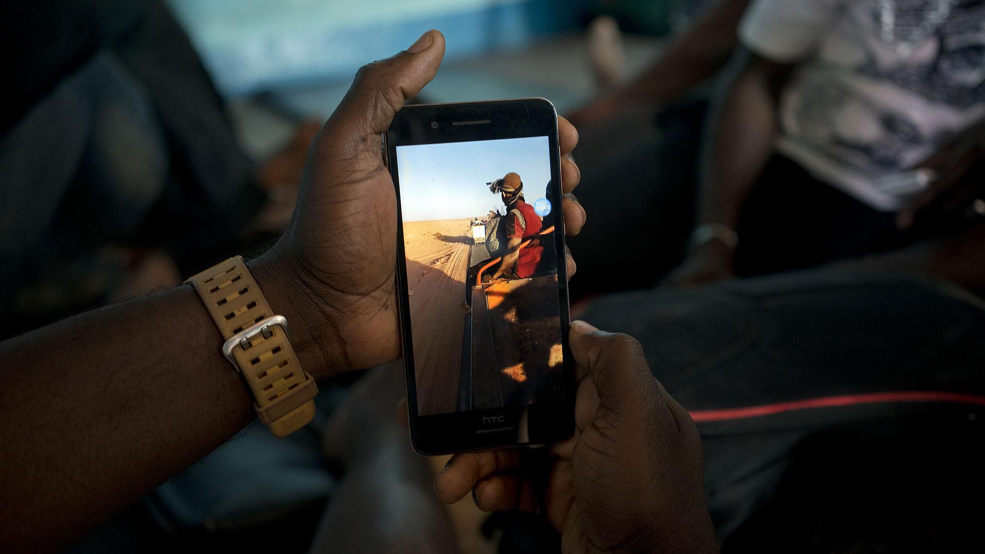 Ju Dennis, un sobreviviente, registró imágenes en su teléfono celular (AP)