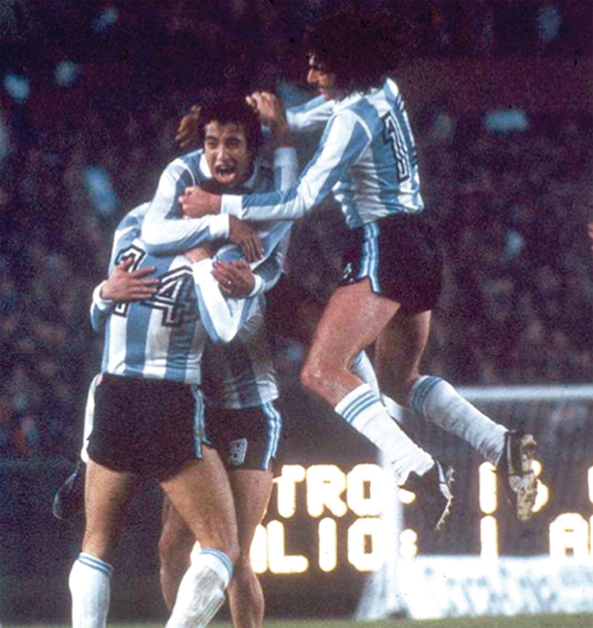 Gallego se abraza con Kempes y Luque para celebrar un gol. Se observa el número 9 del pantalón deHouseman, que queda en medio de sus compañeros.