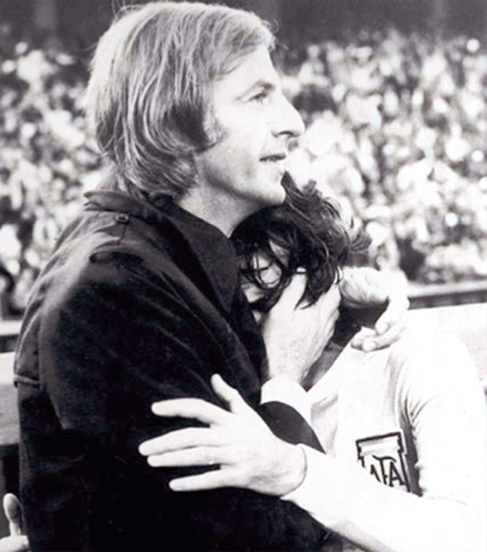Menotti estrecha a un Olguín emocionado.