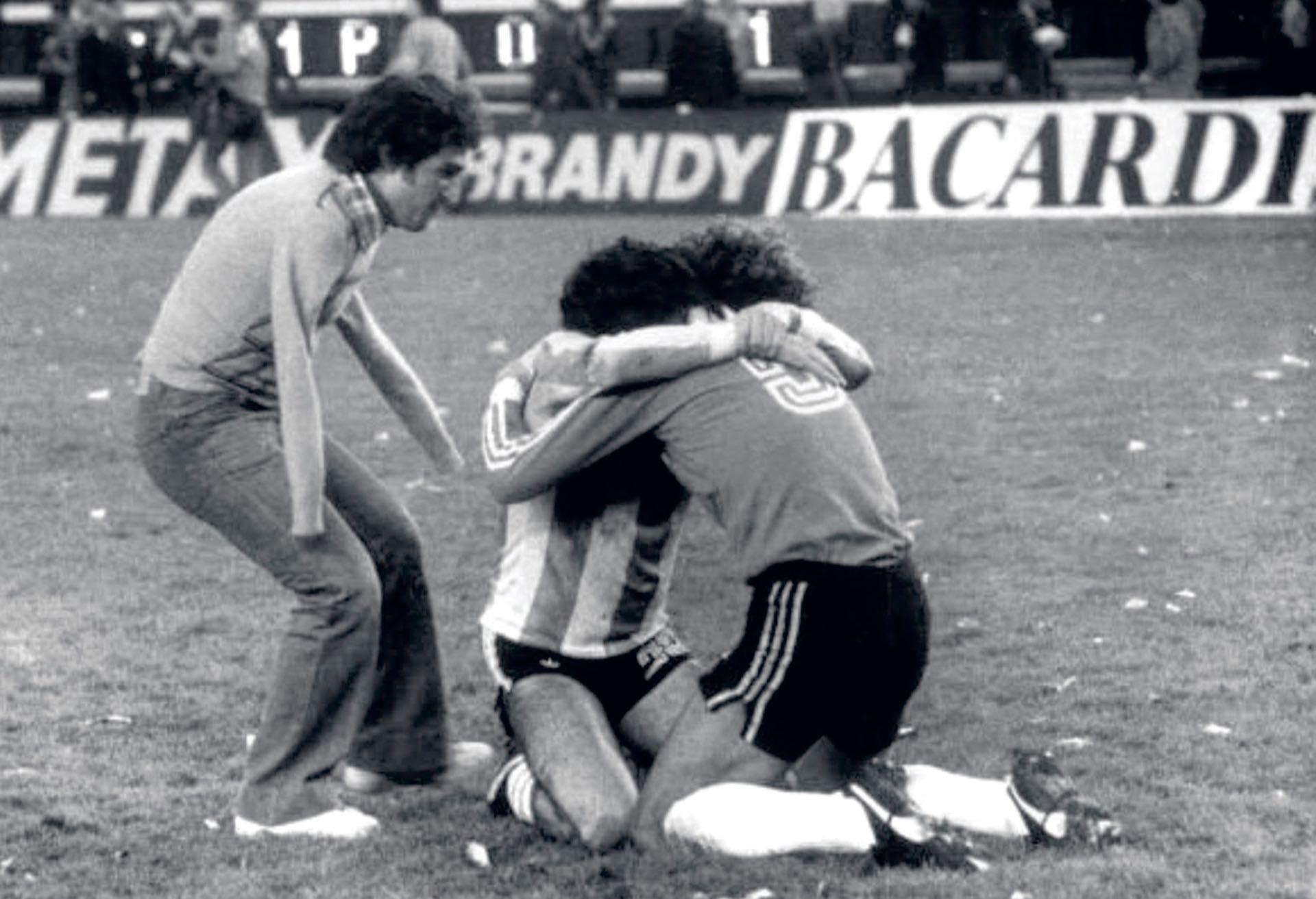 El fotógrafoRicardo Alfieri, de Editorial Atlántida, inmortalizó la icónica imagen en la queel hombre sin brazos, Víctor Dell'Aquila, corre para unirse al abrazo de Filloly Tarantini.