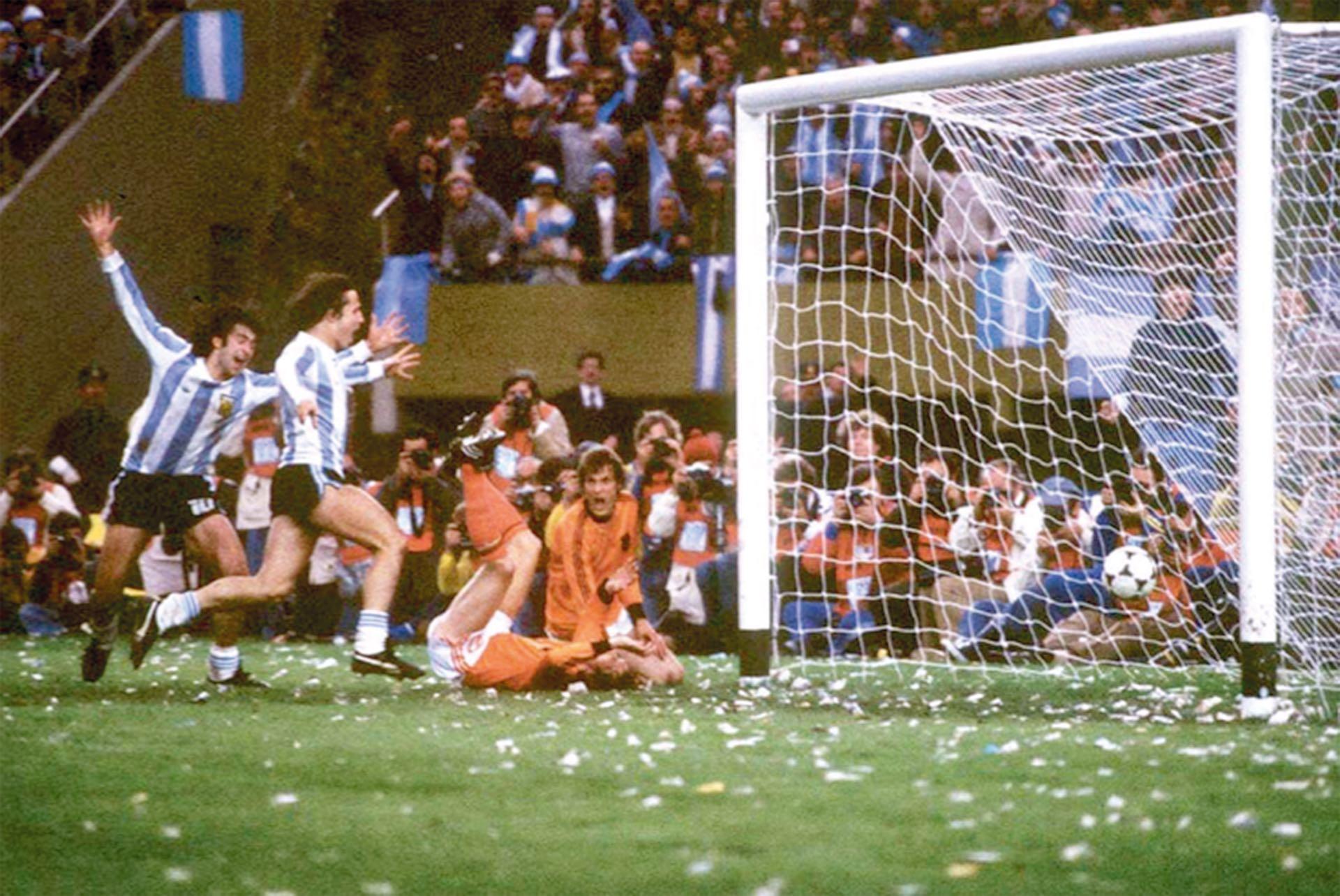 Kempes celebra el segundo gol de Argentina –y suyo propio–en la final frente a Holanda.