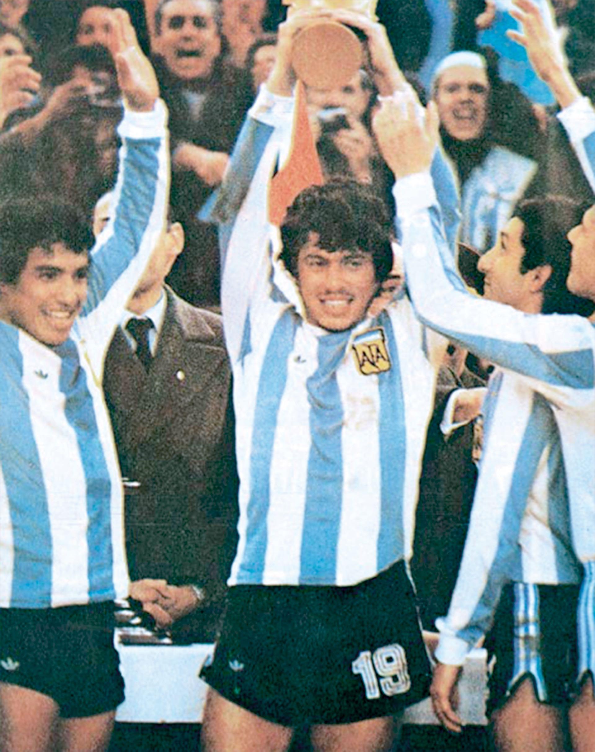 Daniel AlbertoPassarella levanta la Copa. Ardiles la mira embelesado, mientras Gallegolevanta triunfalmente sus brazos.
