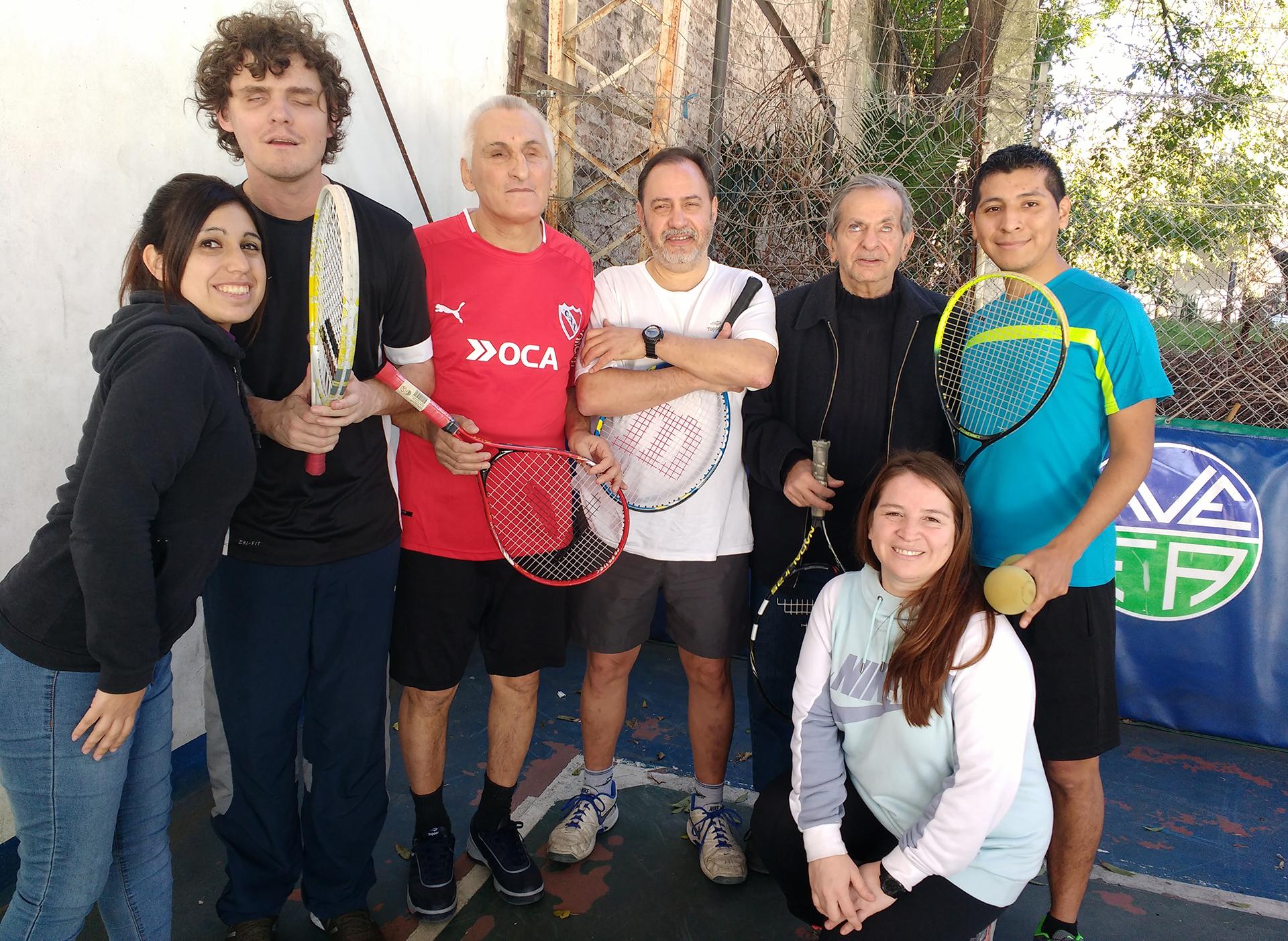 Andrés Terrile al lado del equipo de Full Tenis