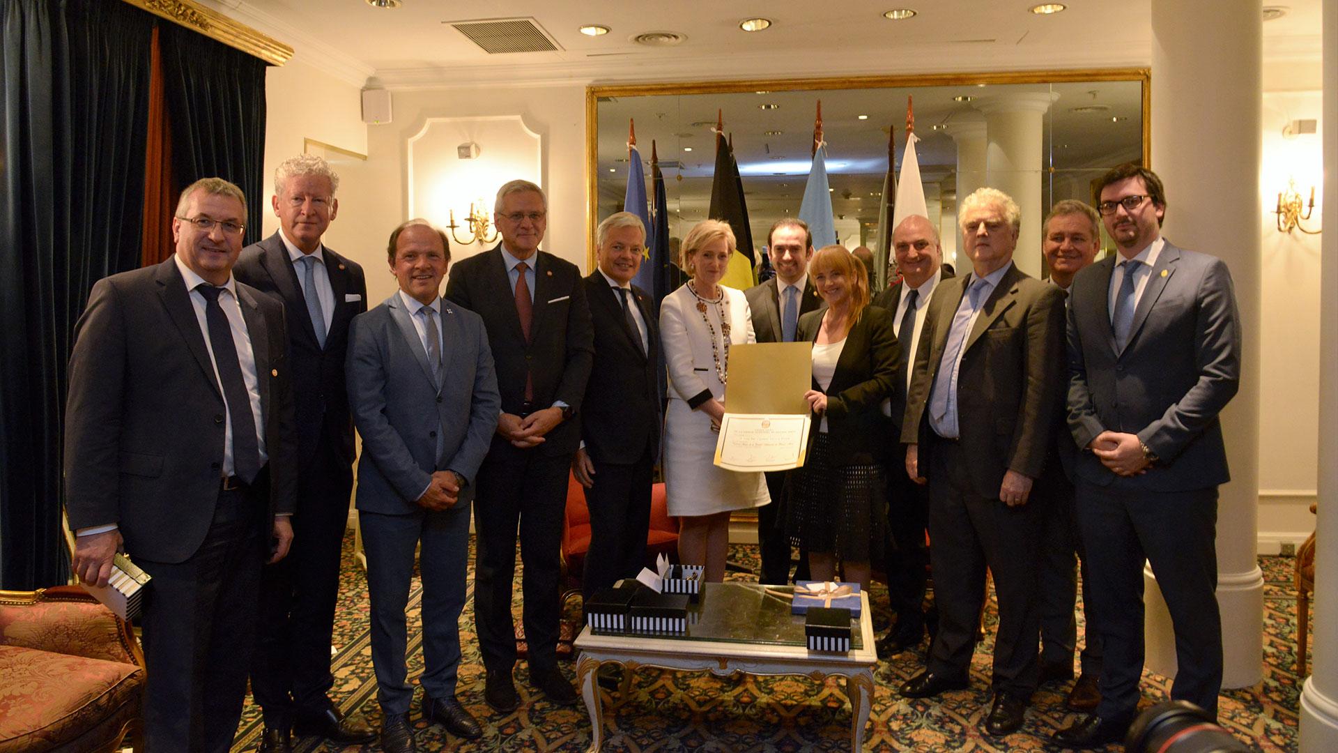 Comitiva belga junto a la princesa y los legisladores en el acto del Salón Canciller del Hotel Alvear