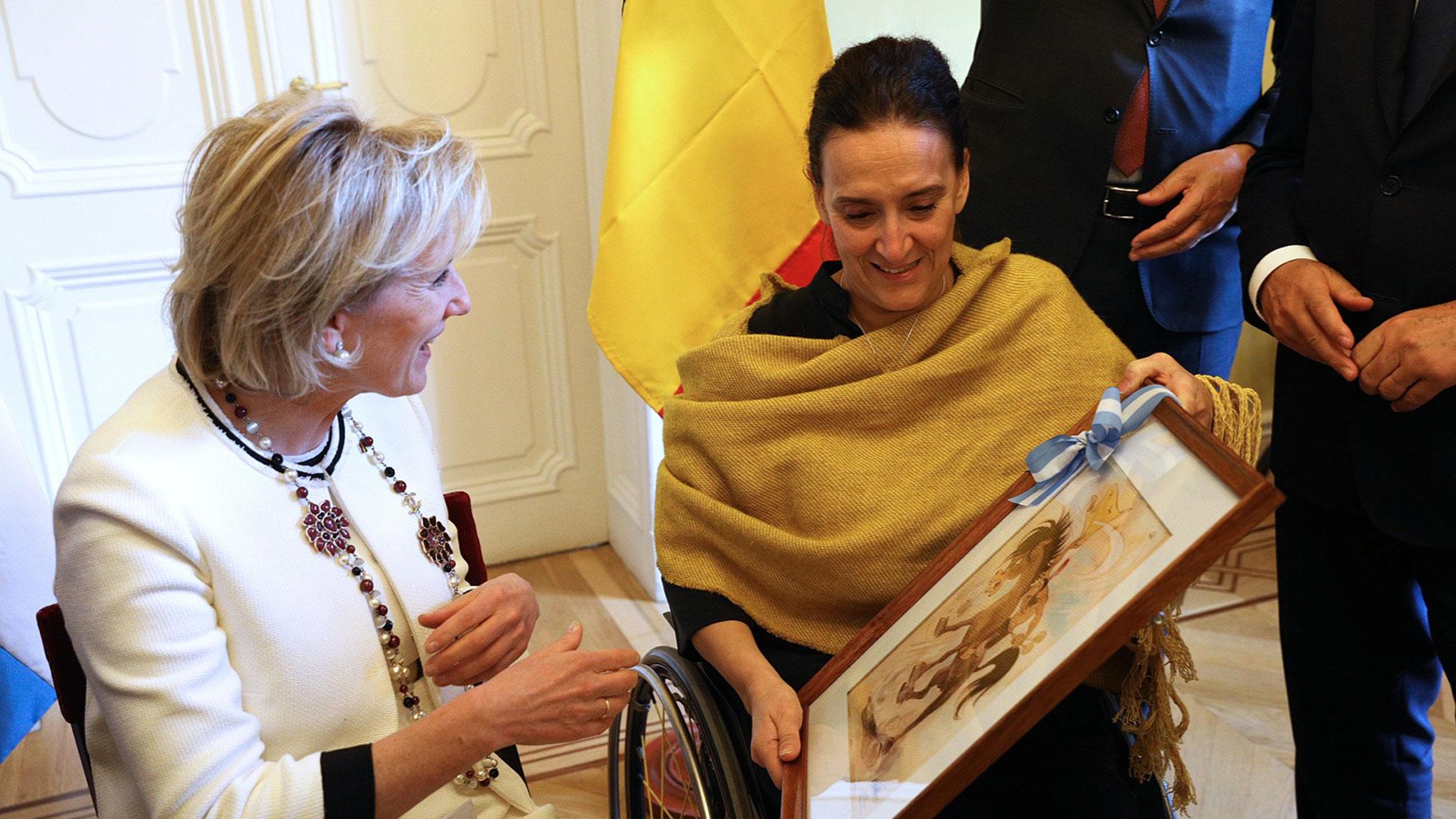 La Vicepresidenta obsequió a la Princesa, amante del arte, un cuadro de Patoruzú, en virtud de cumplirse 90 años del célebre personaje ícono de la cultura y tradición argentina.