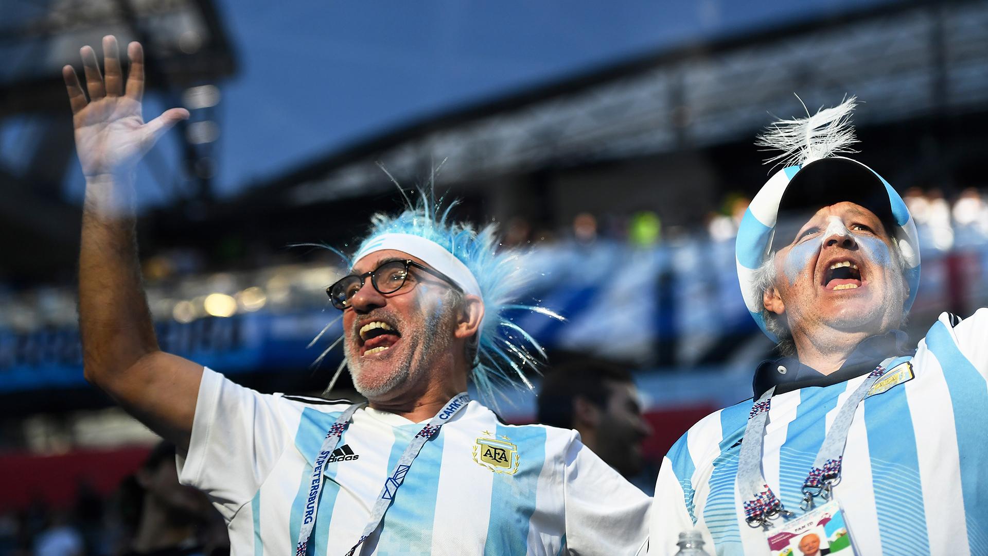 El cotillón y las camisetas celestes y blancas adornan las tribunas del estadio Krestovski de San Petersburgo