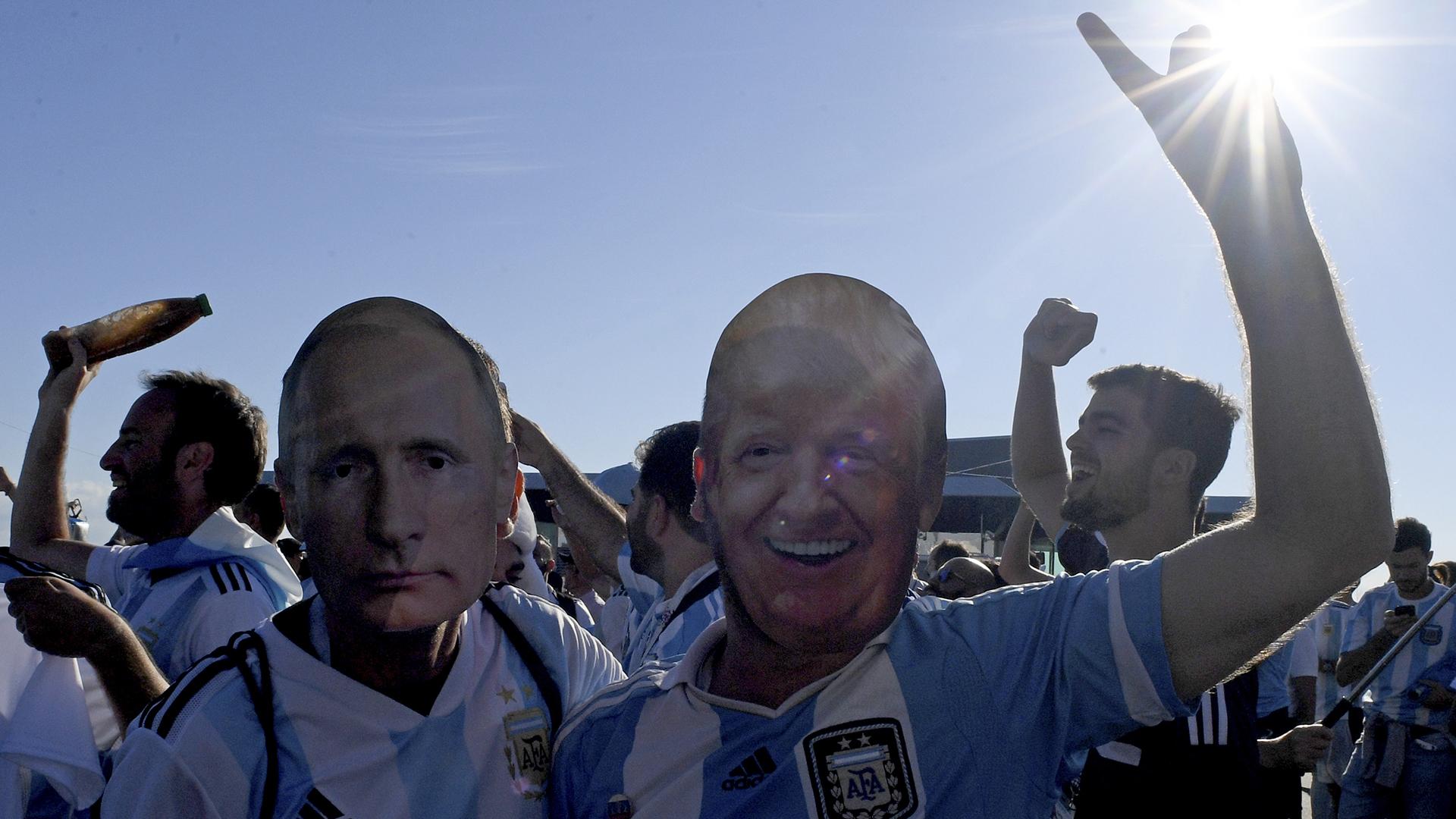 Algunos argentinos con sentido del humor llevaron caretas del presidente Putín