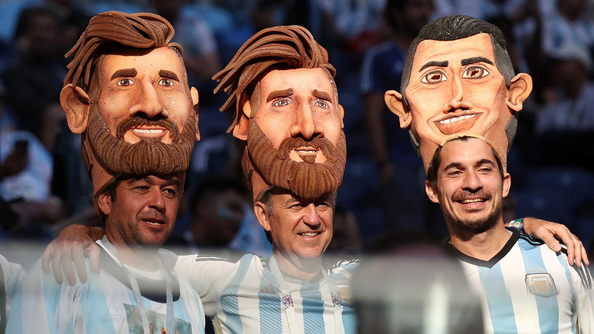 Máscaras de Messi y Di María sobresalen en las butacas del estadio