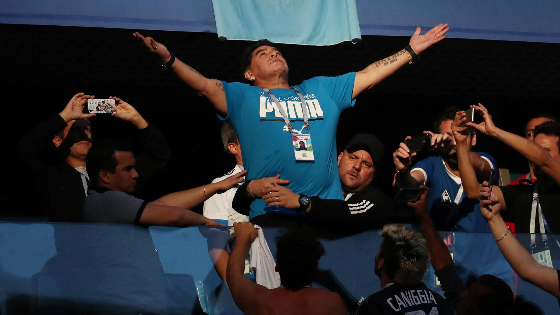 Maradona se ubicó en una de las plateas del estadio de San Petersburgo