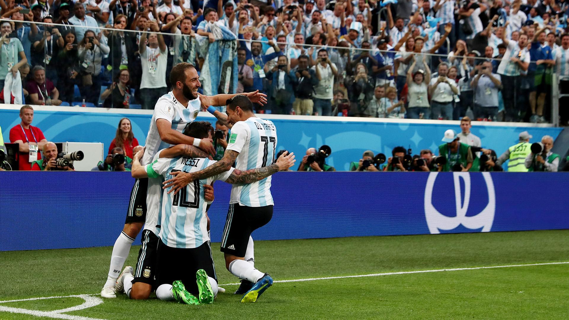 El abrazo de Messi con sus compañeros tras el primer tanto
