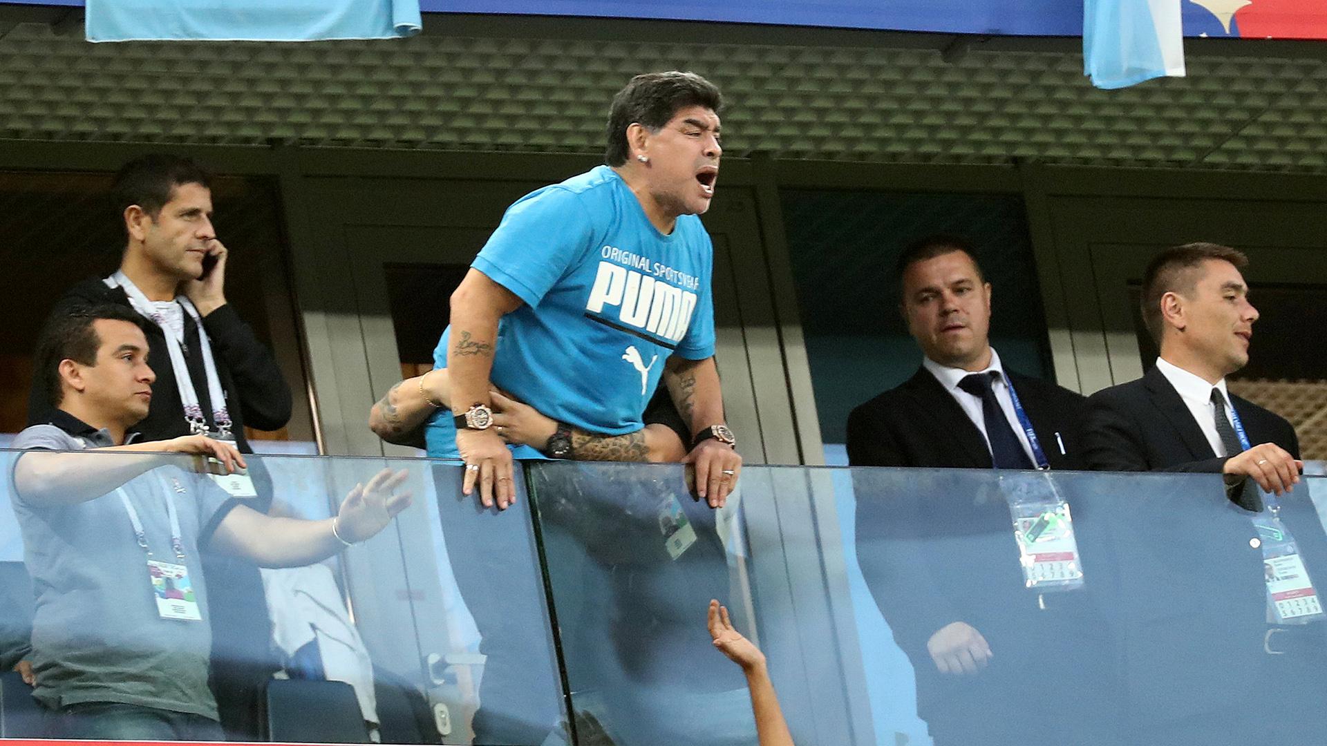 Una escena repetida: Maradona colgado en el palco, alentando al equipo
