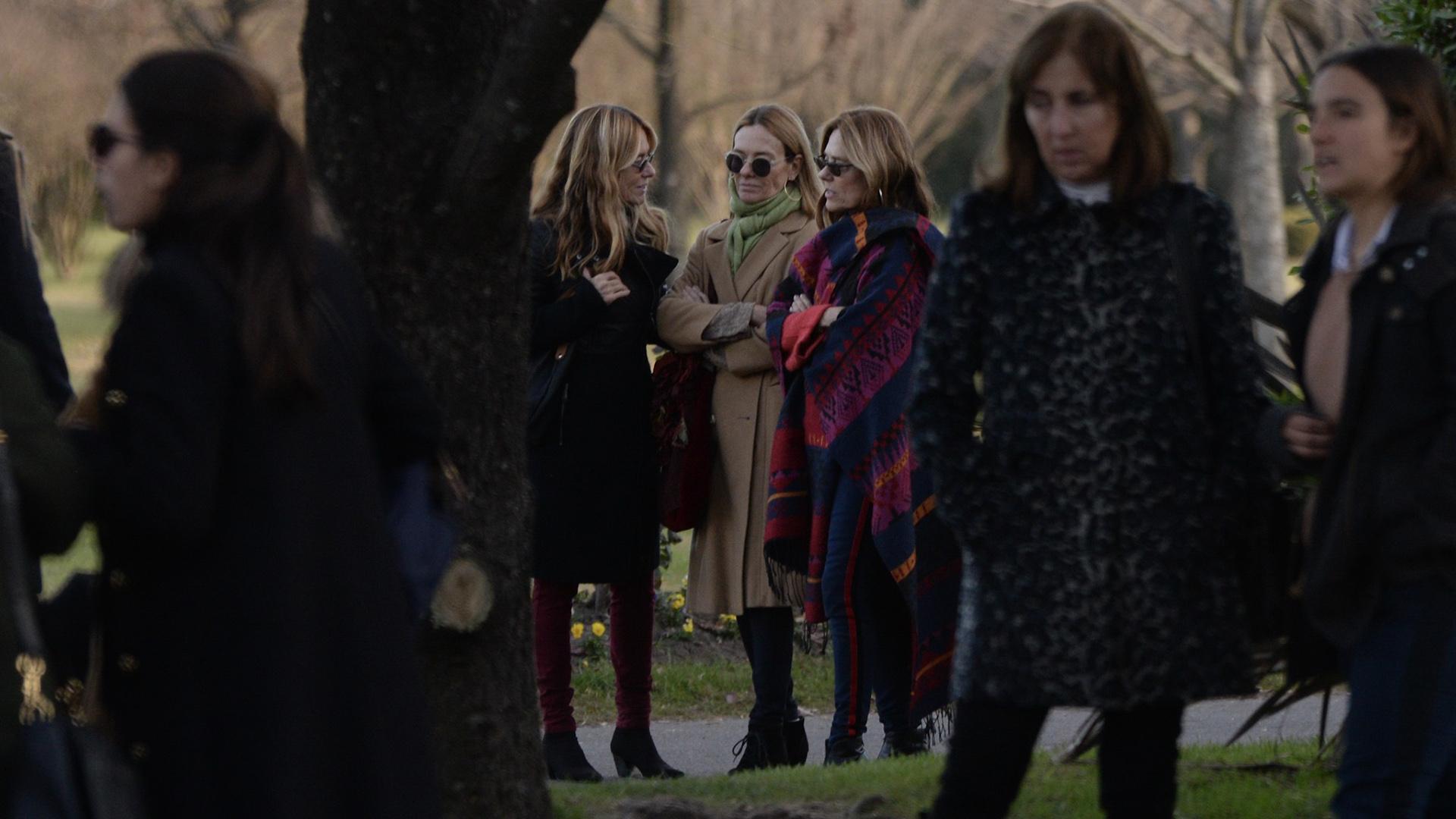 Las Trillizas de Oro se mostraron unidas durante el entierro de Geñi que se realizó en el Cementerio Parque Memorial de Pilar (Julieta Ferrario)