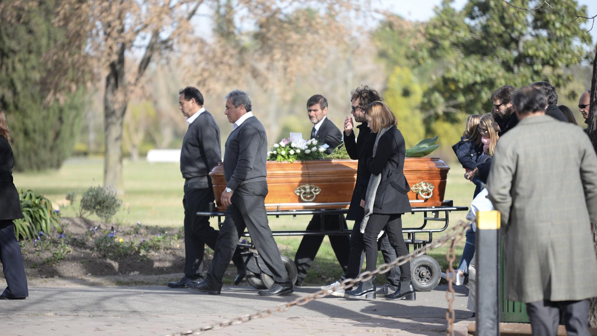César Bustos y Laura Laprida, marido y hermana de Geñi encabezaron el cortejo visiblemente conmovidos. La hija mayor de María Eugenia Fernández Rousse y Horacio Laprida, murió este lunes tras un dura batalla contra el cáncer de mama.