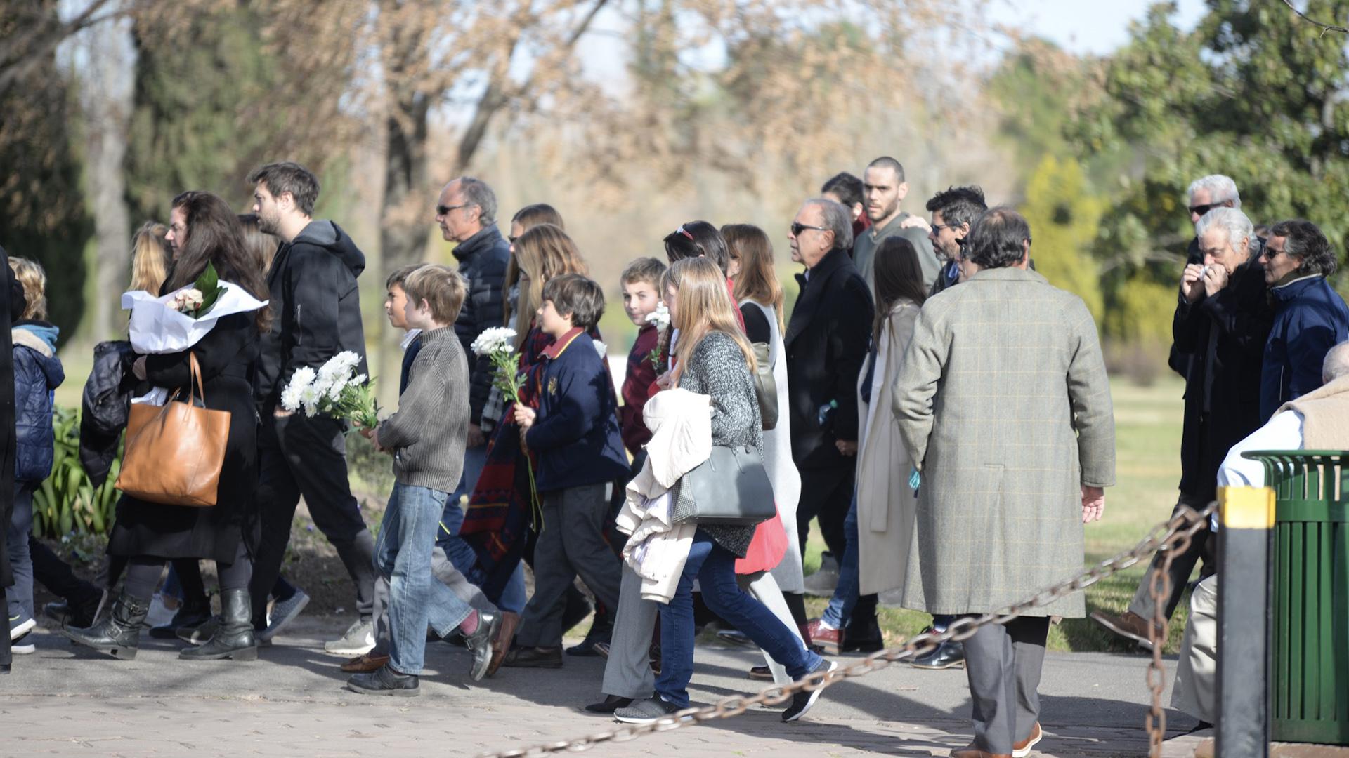 El cortejo comenzó pasadas las 15 horas, los presentes acompañaron con flores blancas