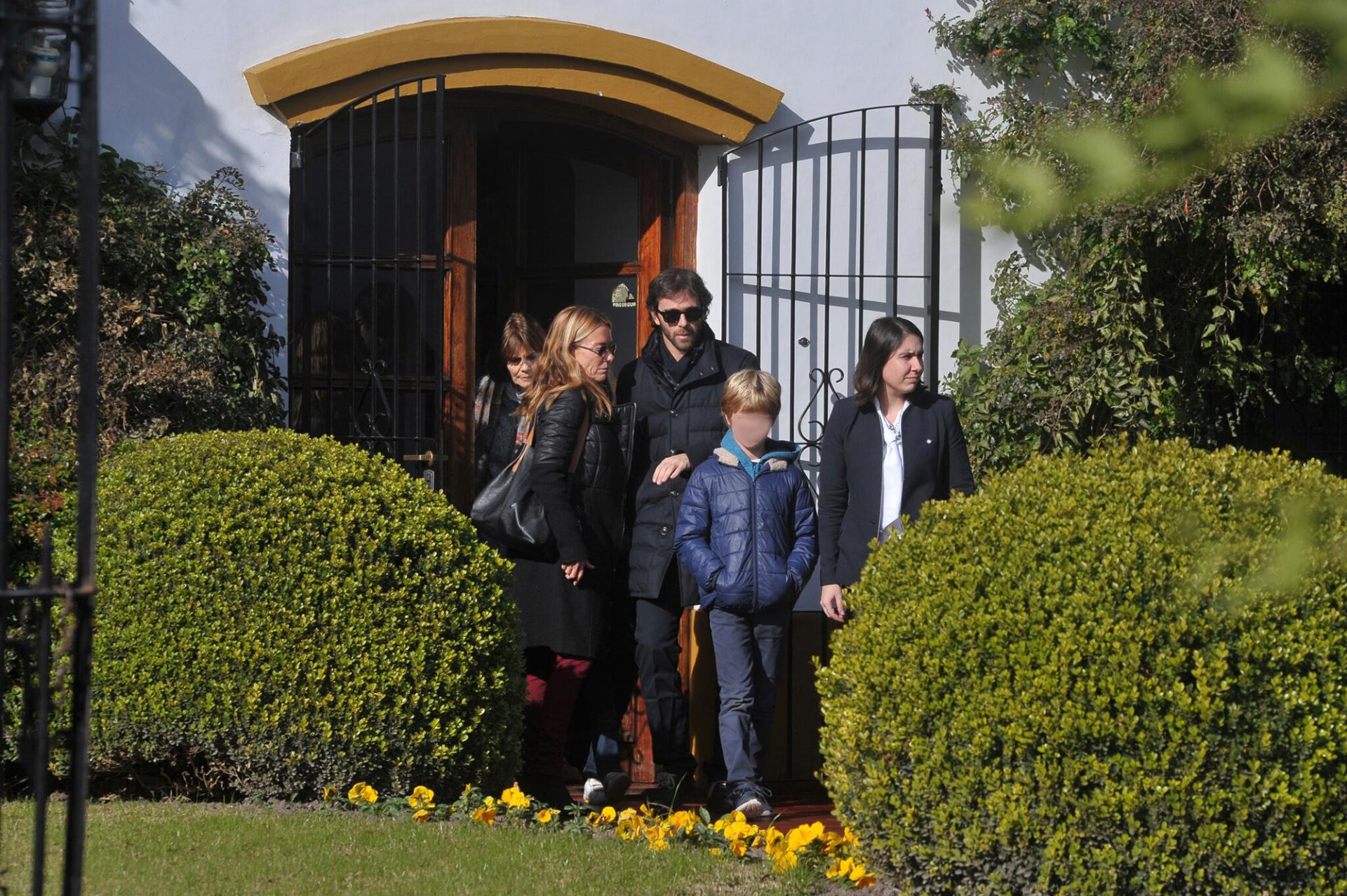 María Emilia Fernández Rousse, madrina de Geñi, junto al arquitecto César Bustos y su hijo Cesarito, minutos antes que inicie la ceremonia en el Parque Memorial del Pilar.