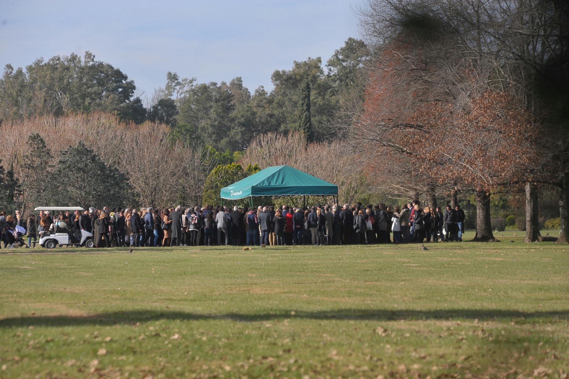 Se instaló un gazebo en la parcela F del cementerio donde se llevó a cabo una ceremonia religiosa