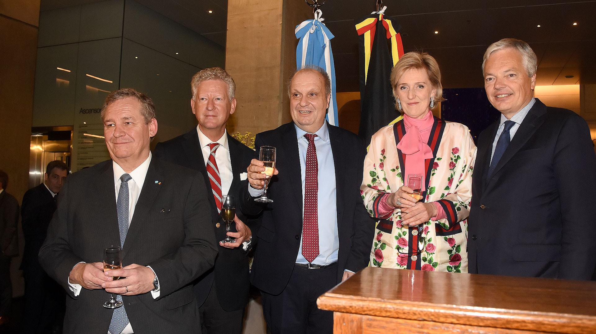 El embajador belga, Peter Maddens; el secretario de Estado Federal para el Comercio Exterior, Pieter de Crem; Hernán Lombardi; la princesa Astrid de Bélgica; y Didier Reynders, primer viceministro Federal y ministro de Relaciones Exteriores y Asuntos Europeos