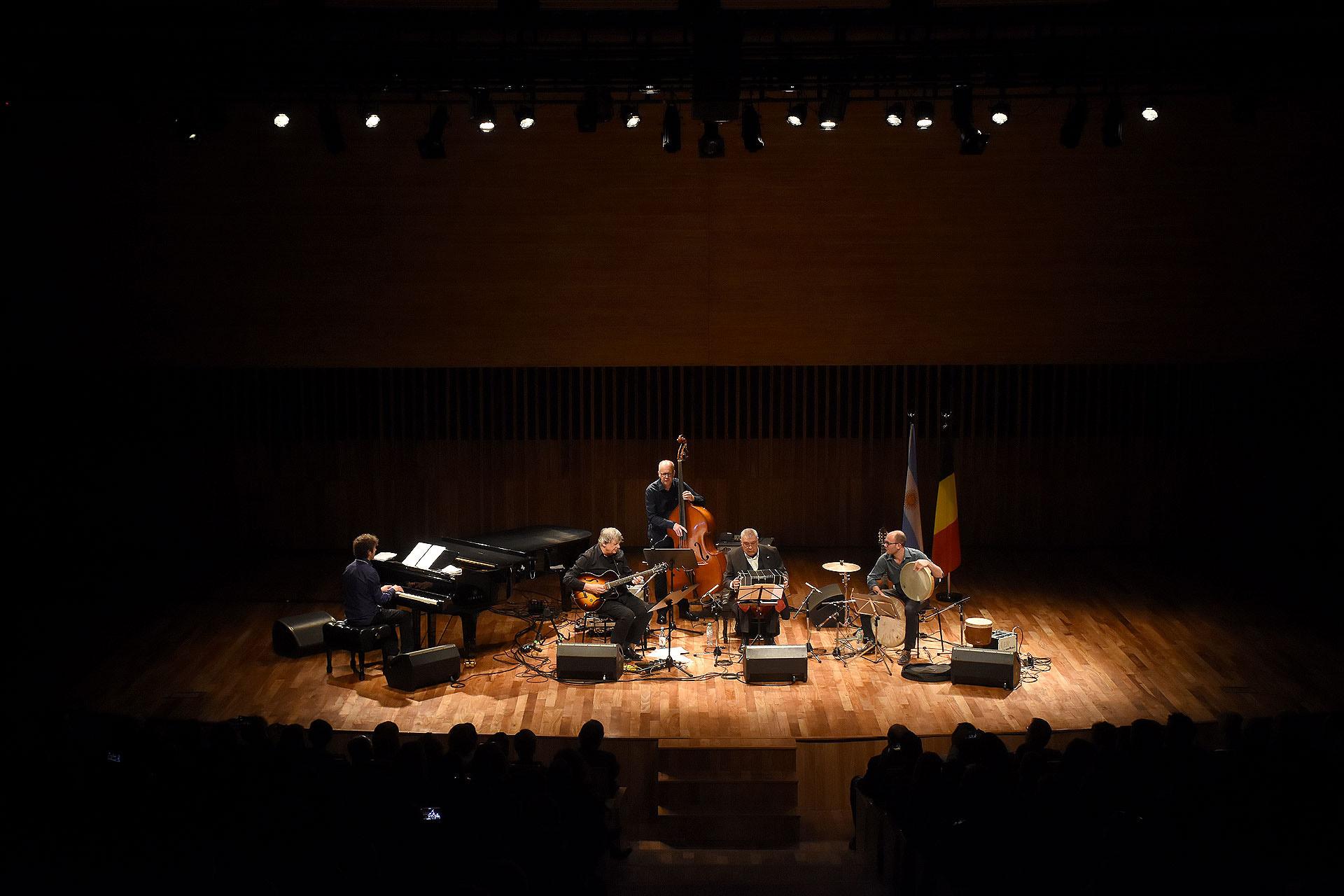 Sentada en primera fila, la princesa Astrid disfrutó del concierto del Philip Catherine Quartet y del bandoneonista Dino Saluzzi, que se llevó a cabo en la Sala Argentina