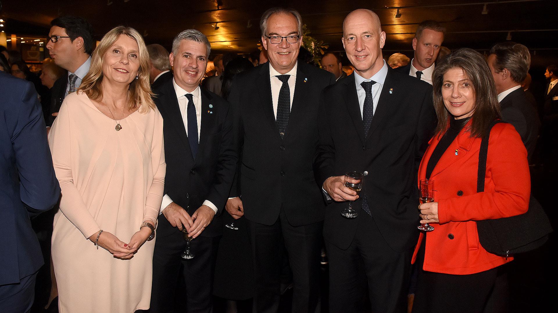 Cornelia Schmidt Liermann y Marcelo Scaglione junto a los embajadores Jürgen Christian Mertens y Mark Kent, acompañado por su esposa Martine