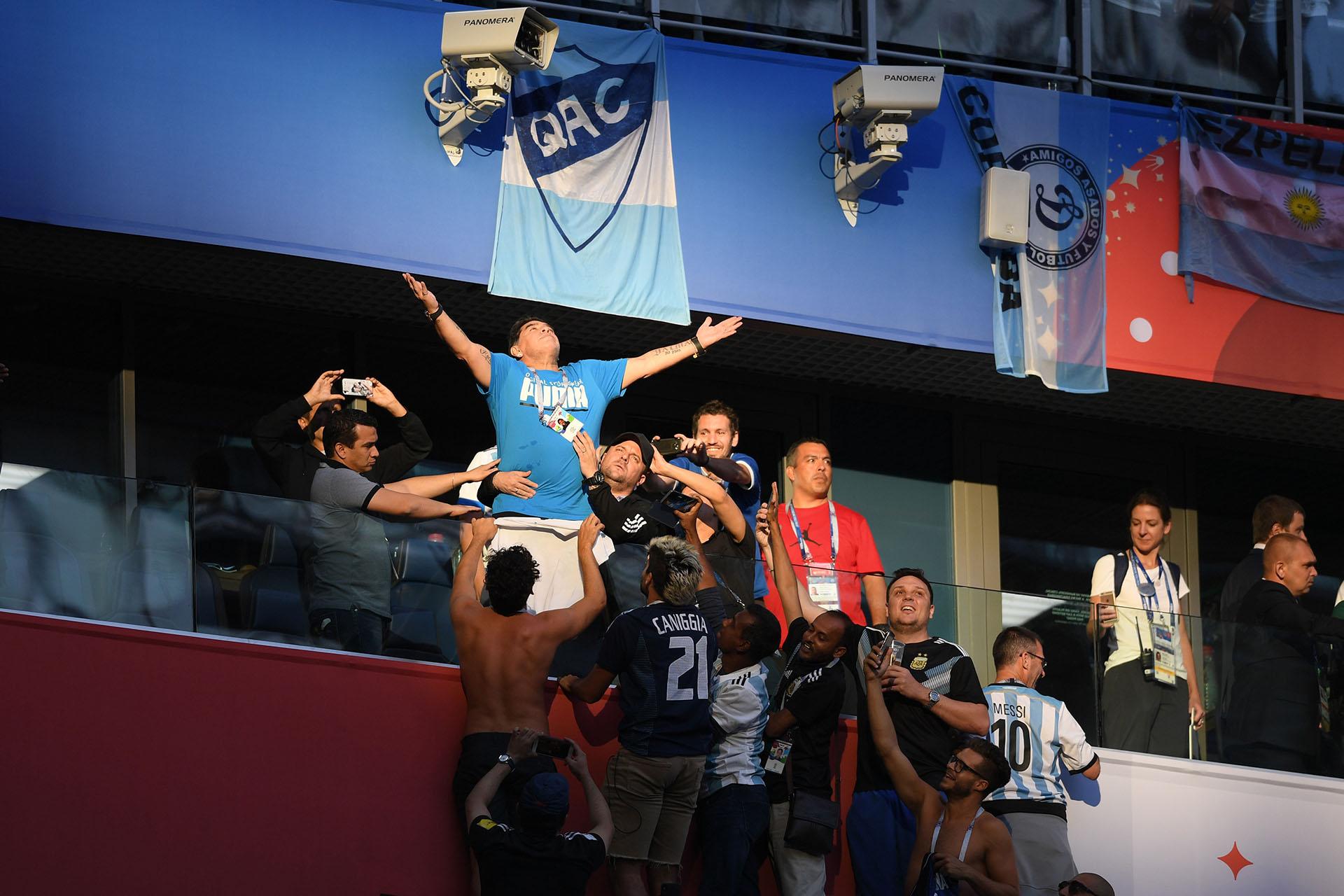 La escena perfecta: un rayo de luz apunta directamente a Maradona mientras el público lo intenta agarrar