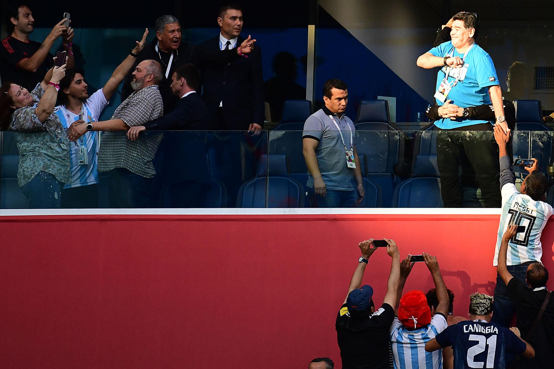 """""""Yo te quiero como siempre, yo te respeto como siempre"""", fue el mensaje de Maradona a Messi por intermedio de la televisión"""