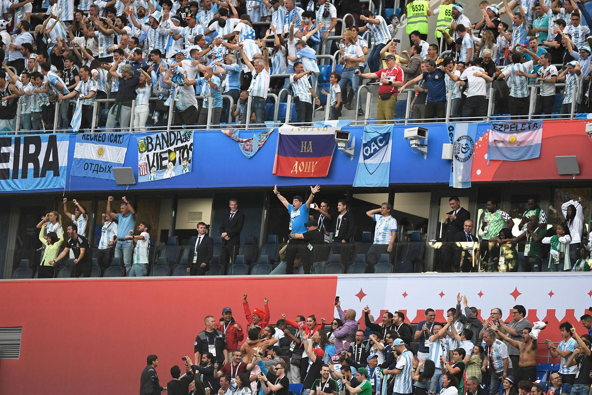 Las banderas de Argentina detrás de Maradona en pleno grito de gol de Messi