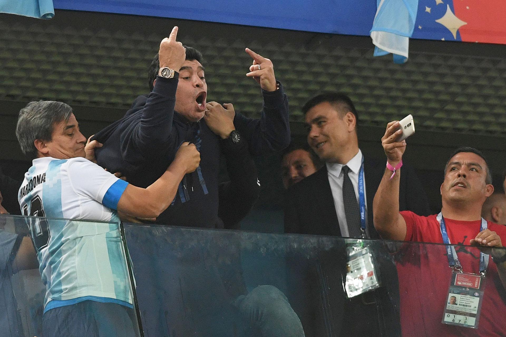 Los colaboradores sostienen a Maradona en plena euforia de gol