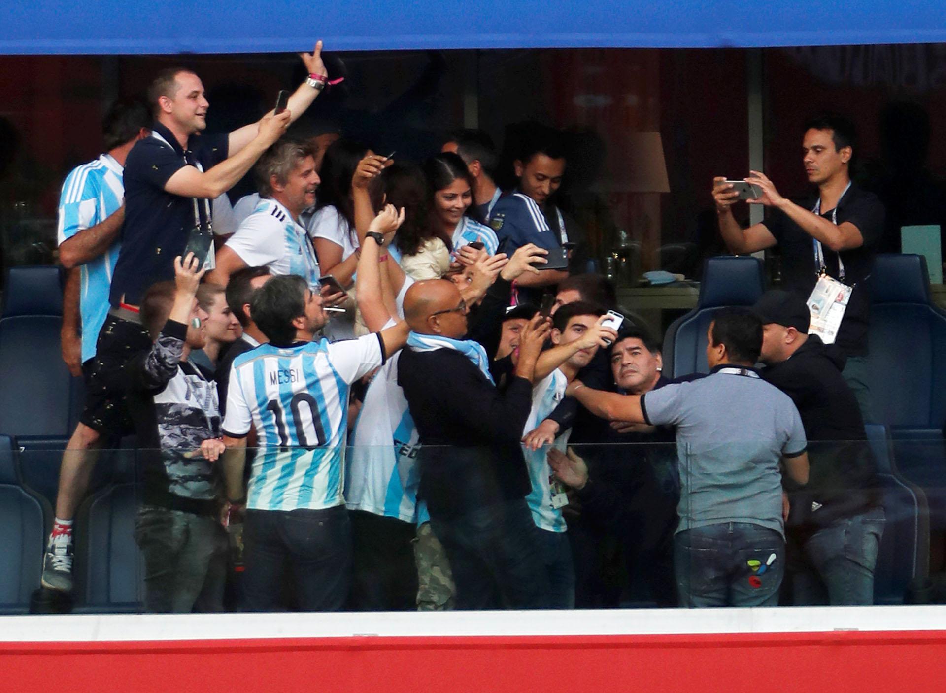 Invasión de palco: una decena de hinchas se acercan a Maradona