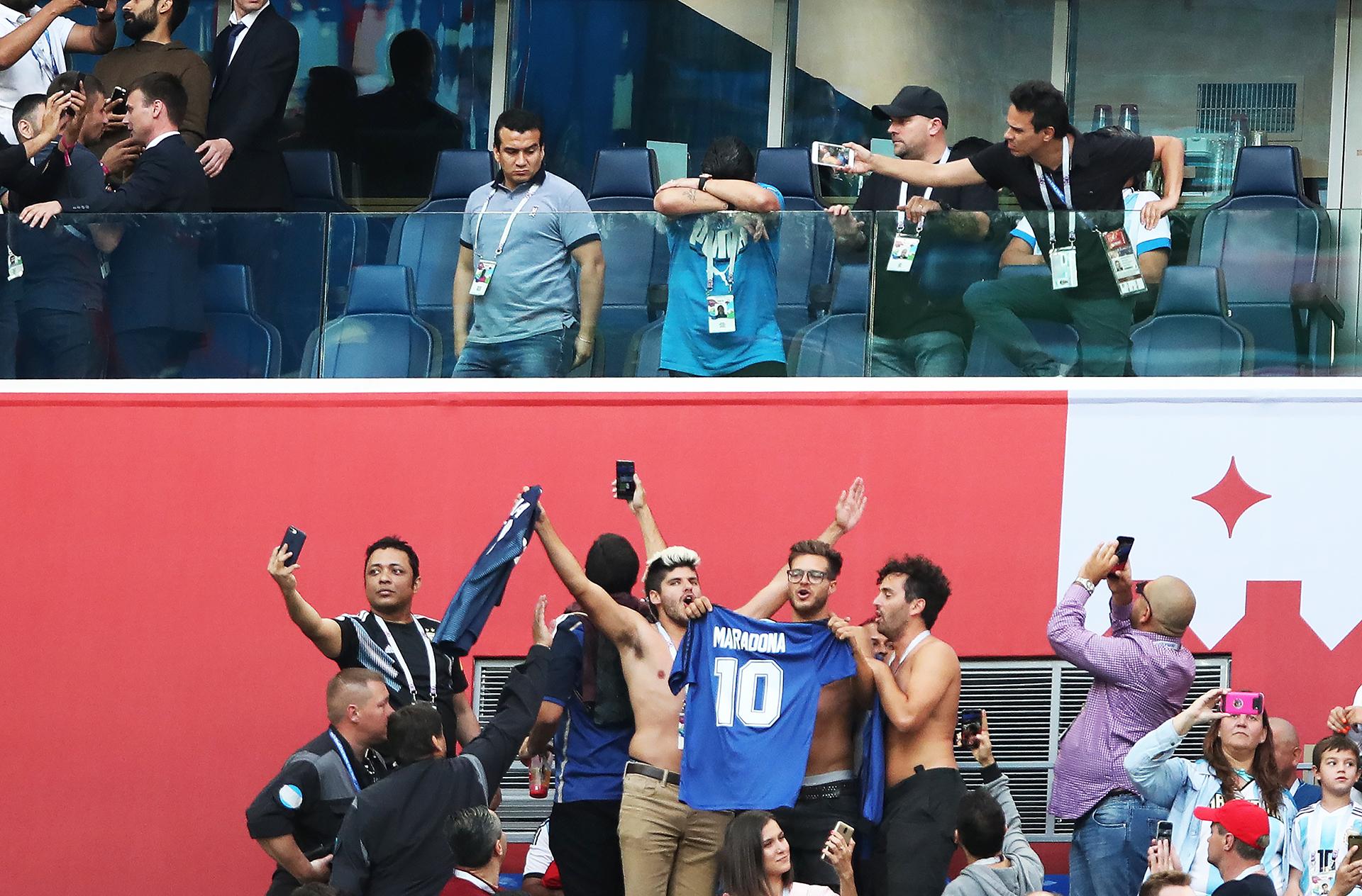Maradona sufre, sus fanáticos elevan su camiseta