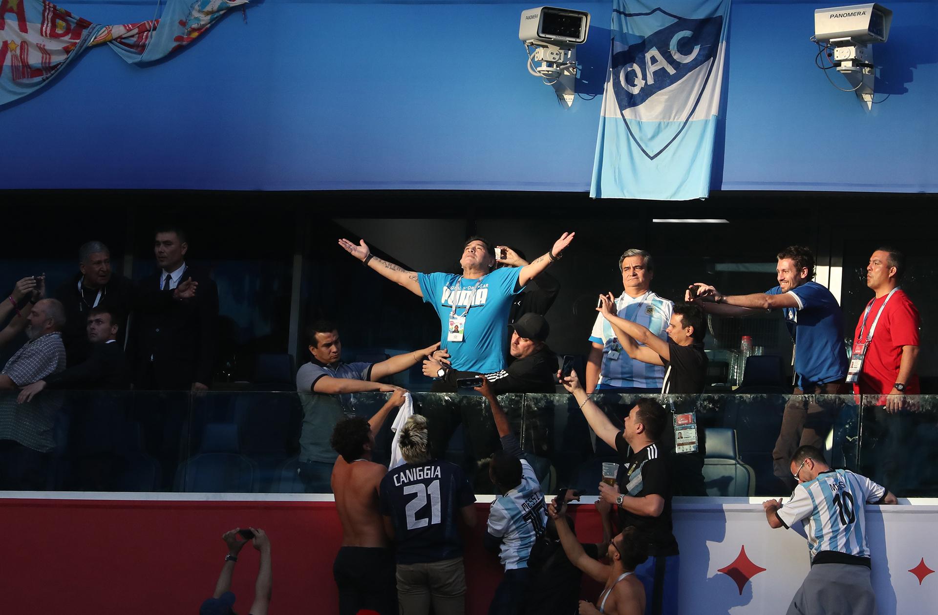 La escena de Maradona iluminado en el estadio recorrieron las redes sociales