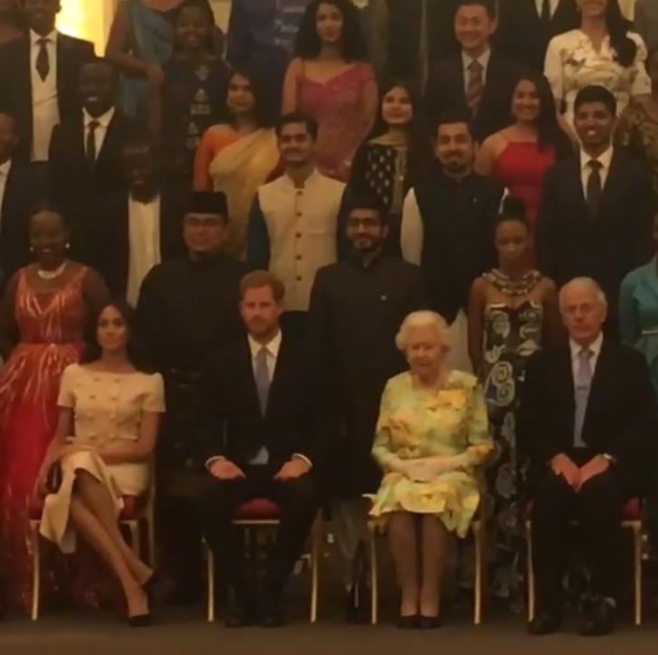 Protocolarmente la llamada foto de familia, donde participan miembros de Estado y la realeza, los integrantes se mantienen derechos con las manos entrelazada, lo mismo pasa con las piernas explicó la especialista