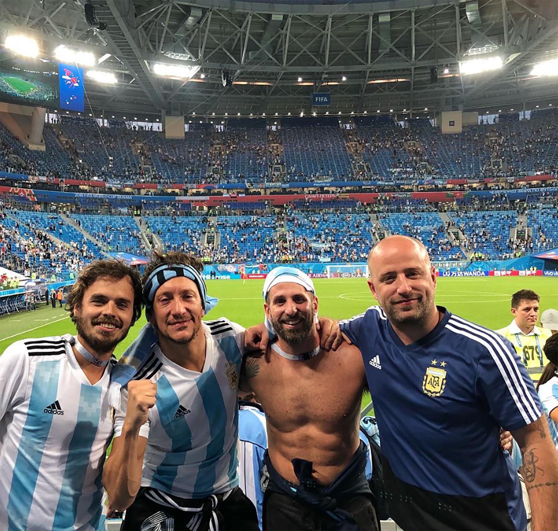 Benjamín Rojas, Nico Vázquez y unos amigos fueron a apoyar a la Selección en San Petersburgo (Instagram)