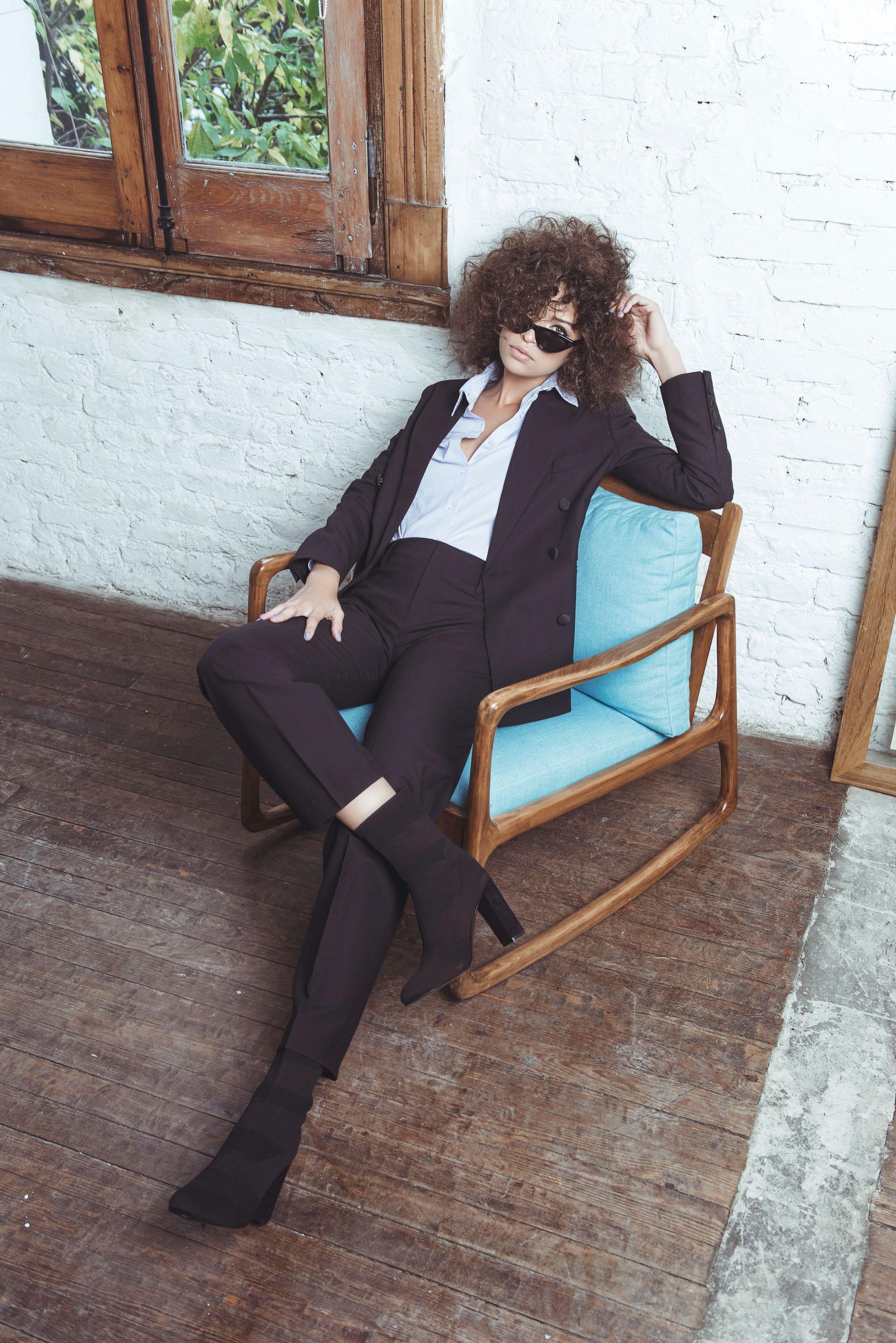 Saco y pantalón ($ 6.950 y $ 4.490, Trosman), camisa ($ 2.200, Vitamina), botas de Lycra ($ 3.597, The Bag Belt) y anteojos (AY Not Dead). (Foto: Maia Croizet/ Para Ti)
