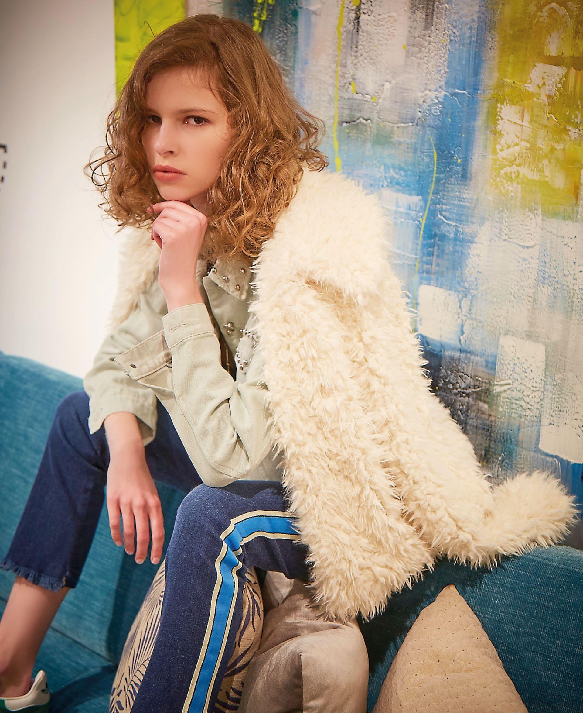 Saco sobre los hombros ($ 3.100, Ríe), campera de jean con tachas ($ 1.899, Inversa), jean con franja lateral ($ 3.190, Wanama) y zapatillas ($ 2.799, adidas).(Foto: Marcello Molinari/ Para Ti)