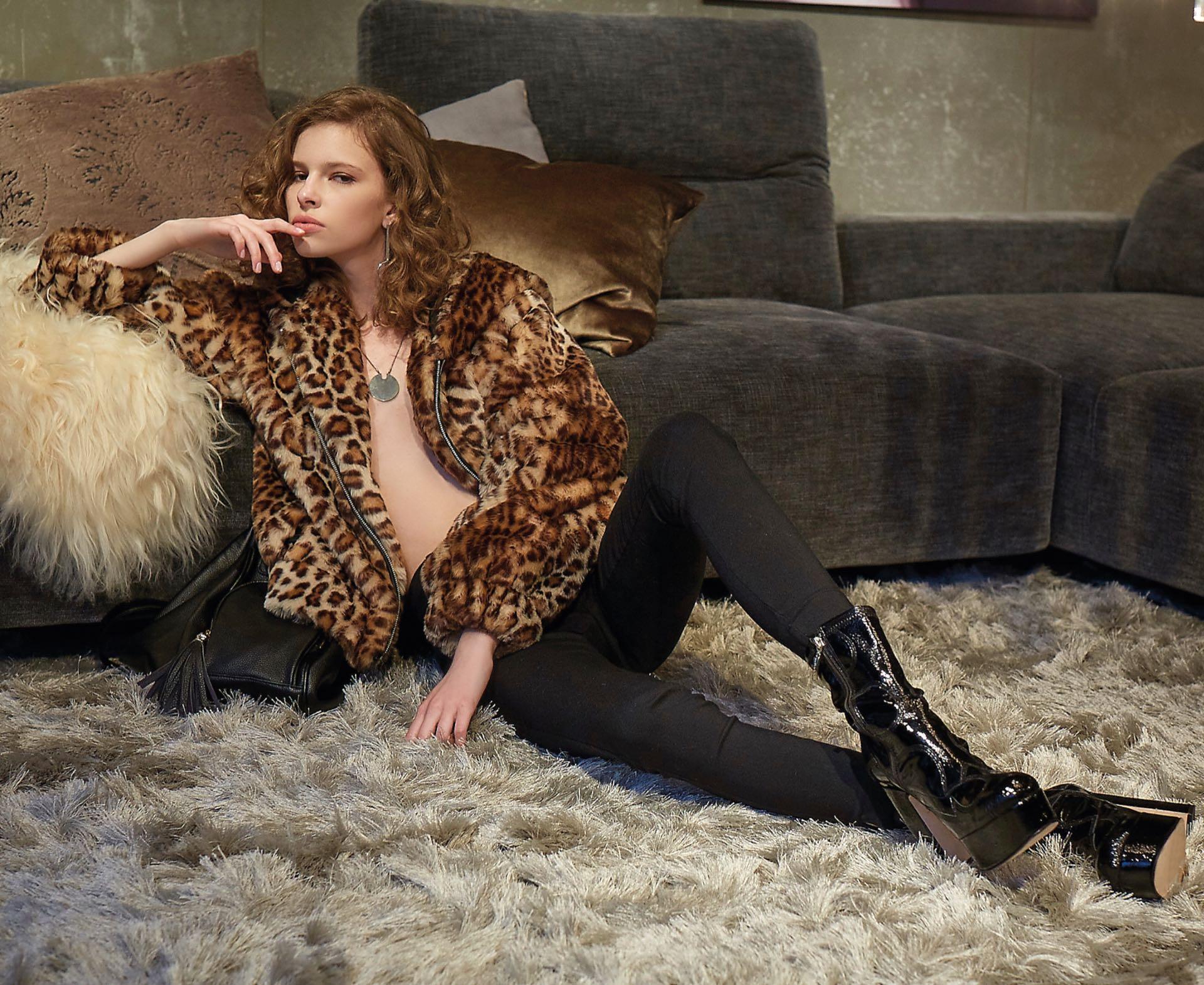 Chaqueta de leopardo con capucha (Cher), pantalón con cierre lateral ($ 645, Peuque), botas de charol con plataforma ($ 8.580, Saverio Di Ricci), mochila de cuero ($ 1.800), collar ($ 800, Vitamina) y aros (Uma).(Foto: Marcello Molinari/ Para Ti)
