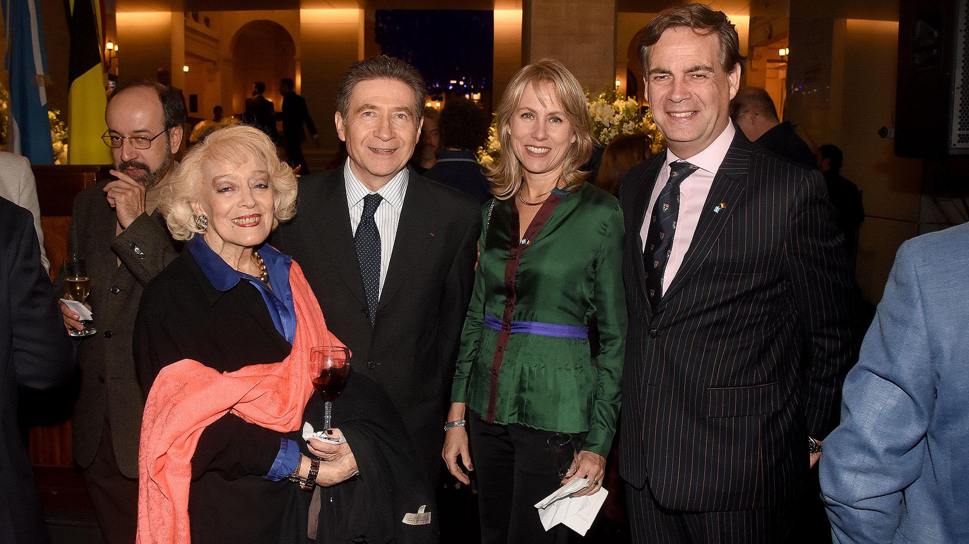 El embajador de Francia en la Argentina, Pierre Henri Guignard, junto a Patricio Carmody, miembro del CARI, y las esposas de ambos