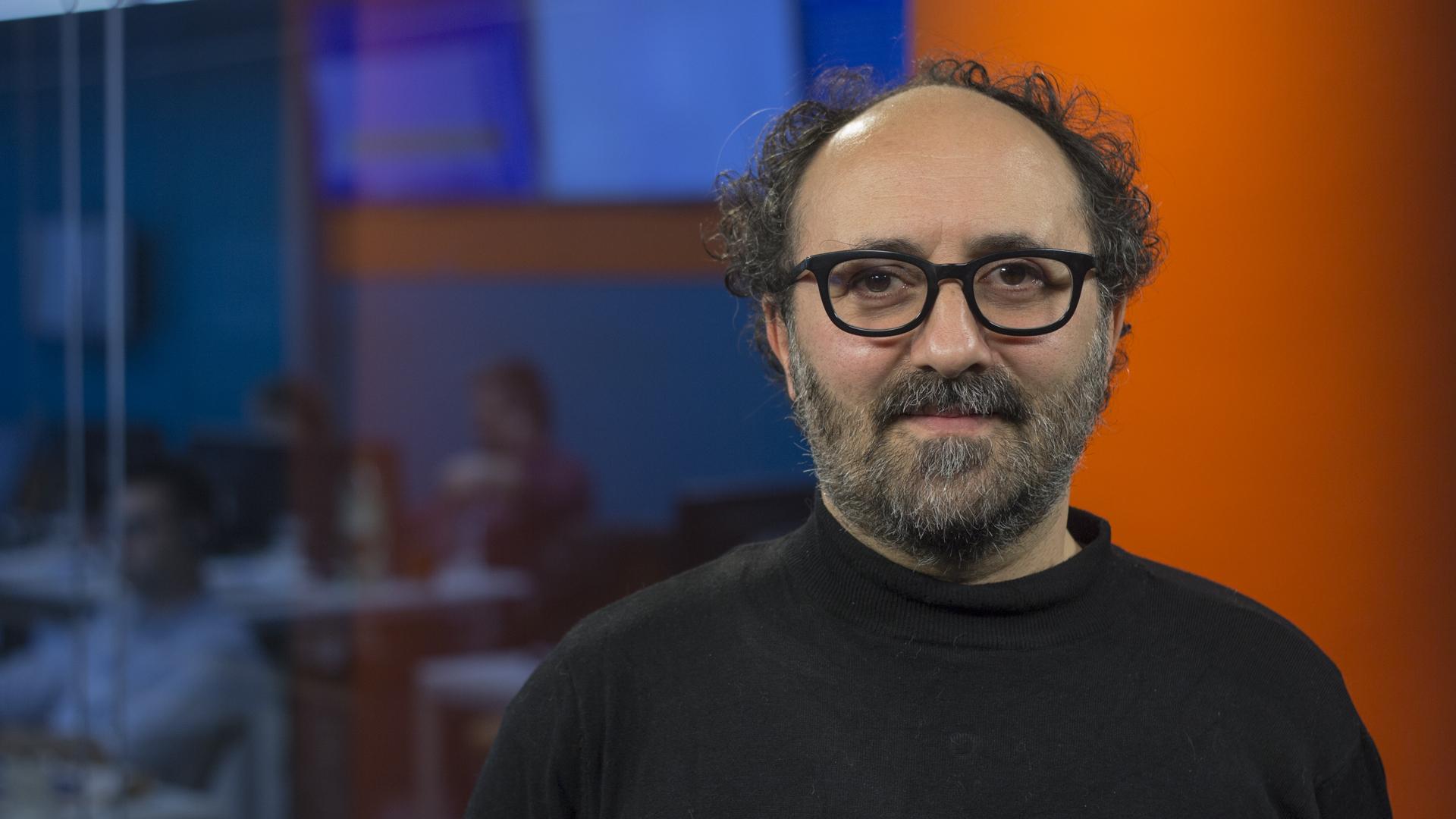 Julián López asegura que estaba trabado en la escritura hasta que comenzó a publicar pequeños fragmentos de una historia en Facebook (Foto: Santiago Saferstein)