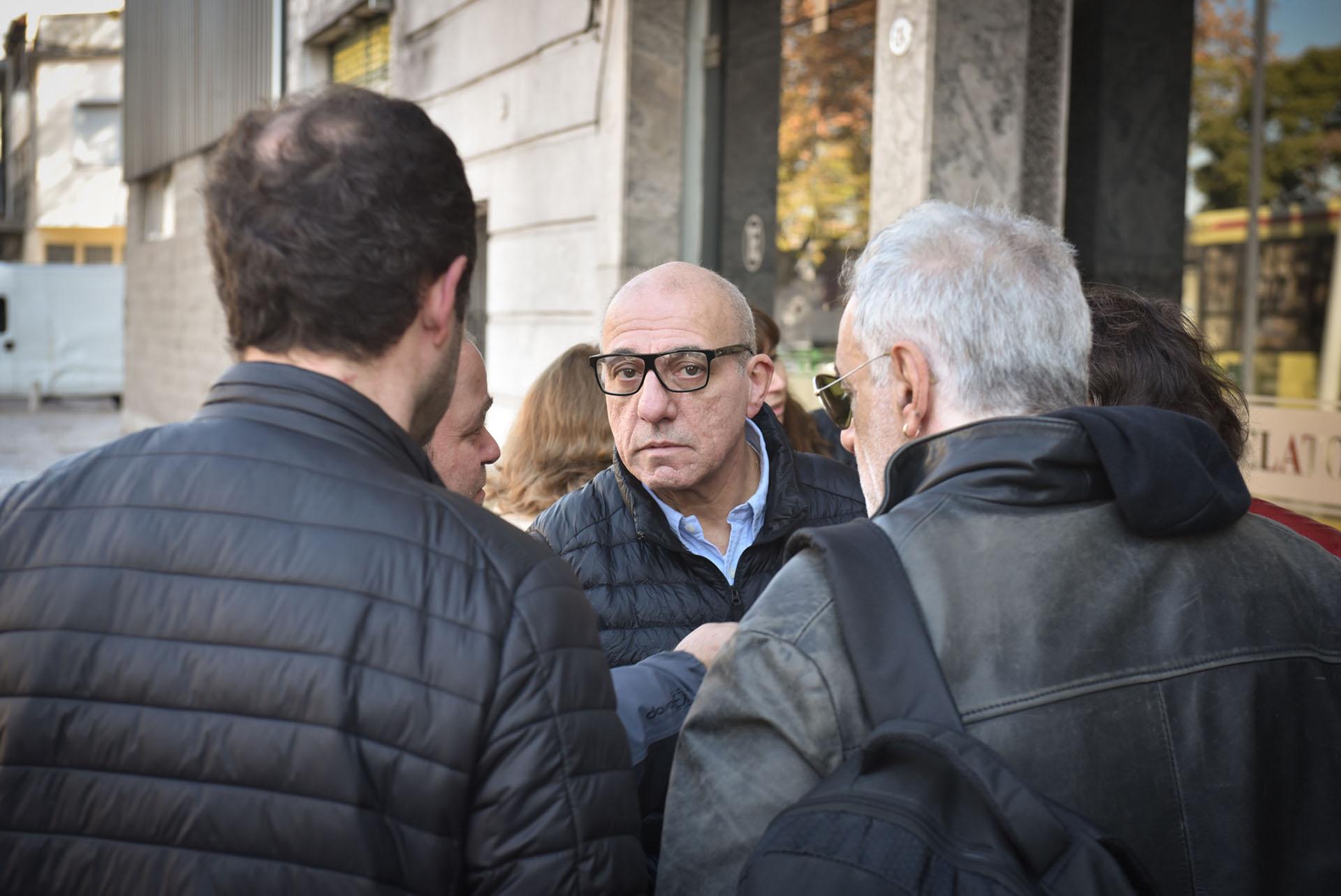 """Toti Ciliberto, en el velatorio de Juan Carlos Mastrángelo, el actor que murió a los 48 años. Ellos trabajaban en el ciclo """"Más tarde imposible"""" de C5N (Guille Llamos)"""