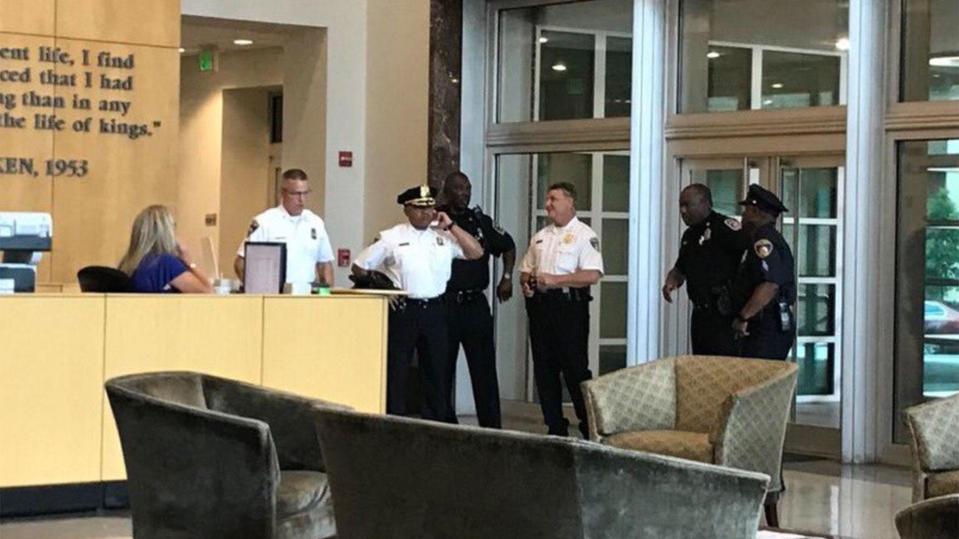 La policía apenas llegó al edificio donde funciona el Capital Gazette, perteneciente al Baltimore Sun