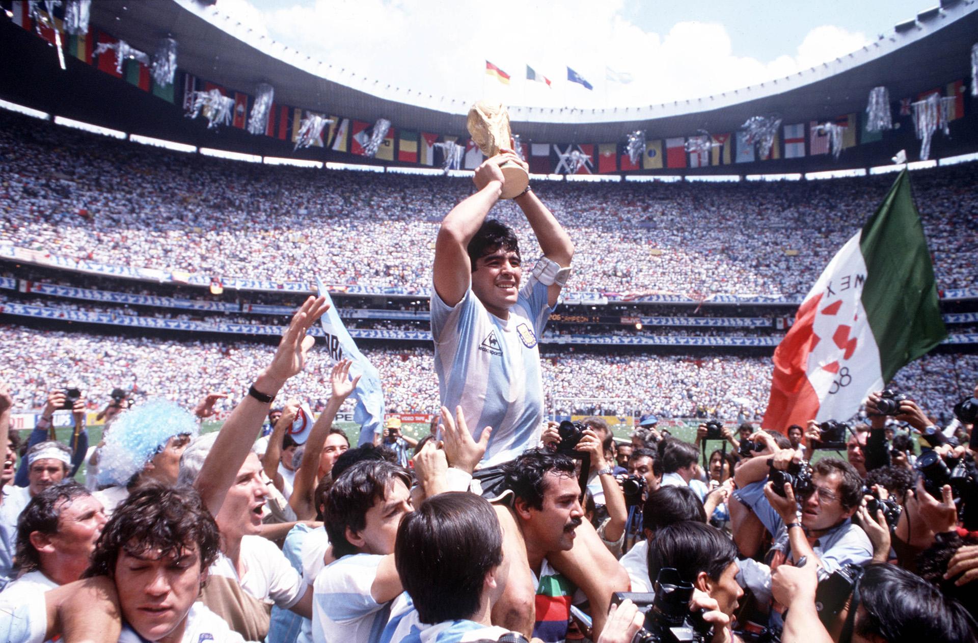 Maradona con la Copa del Mundo: más alto que ninguno
