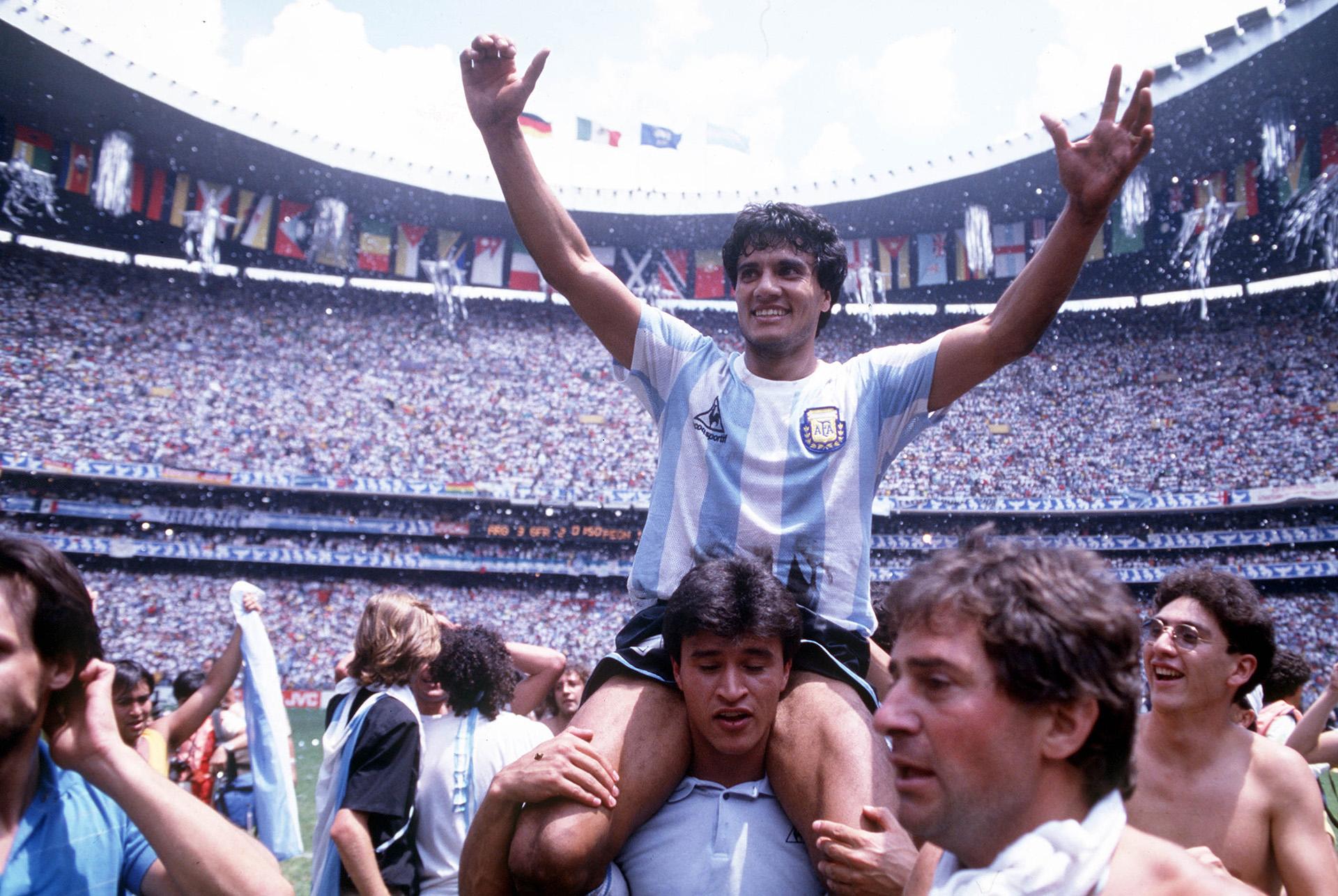 Héctor Enrique es cargado por Claudio Borghi en medio de los festejos