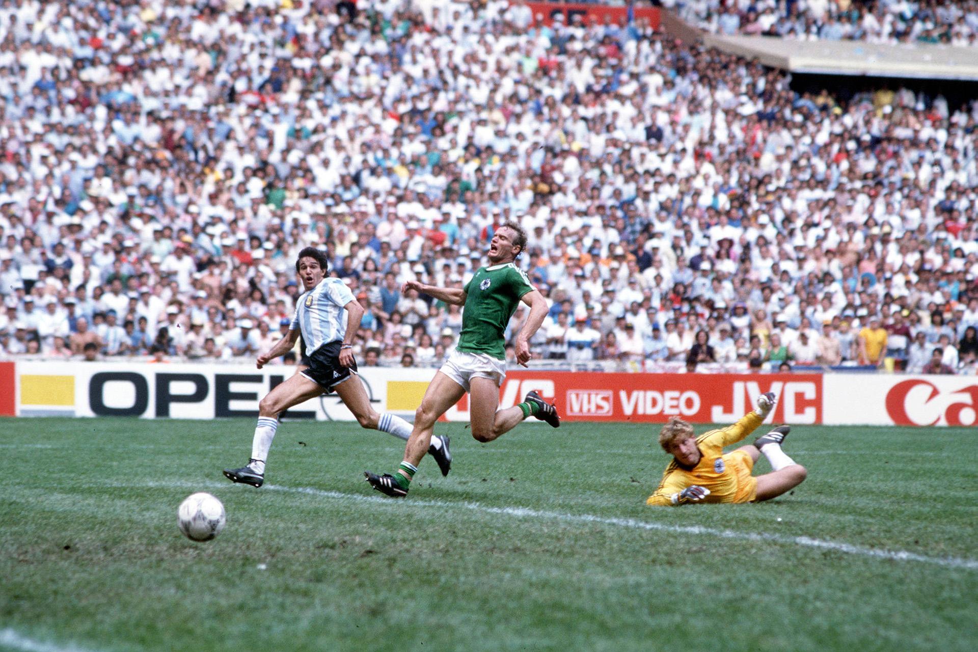 """""""Burru"""" se llena la boca de gol ante el lamento de Hans Peter Briegel, su marcador"""