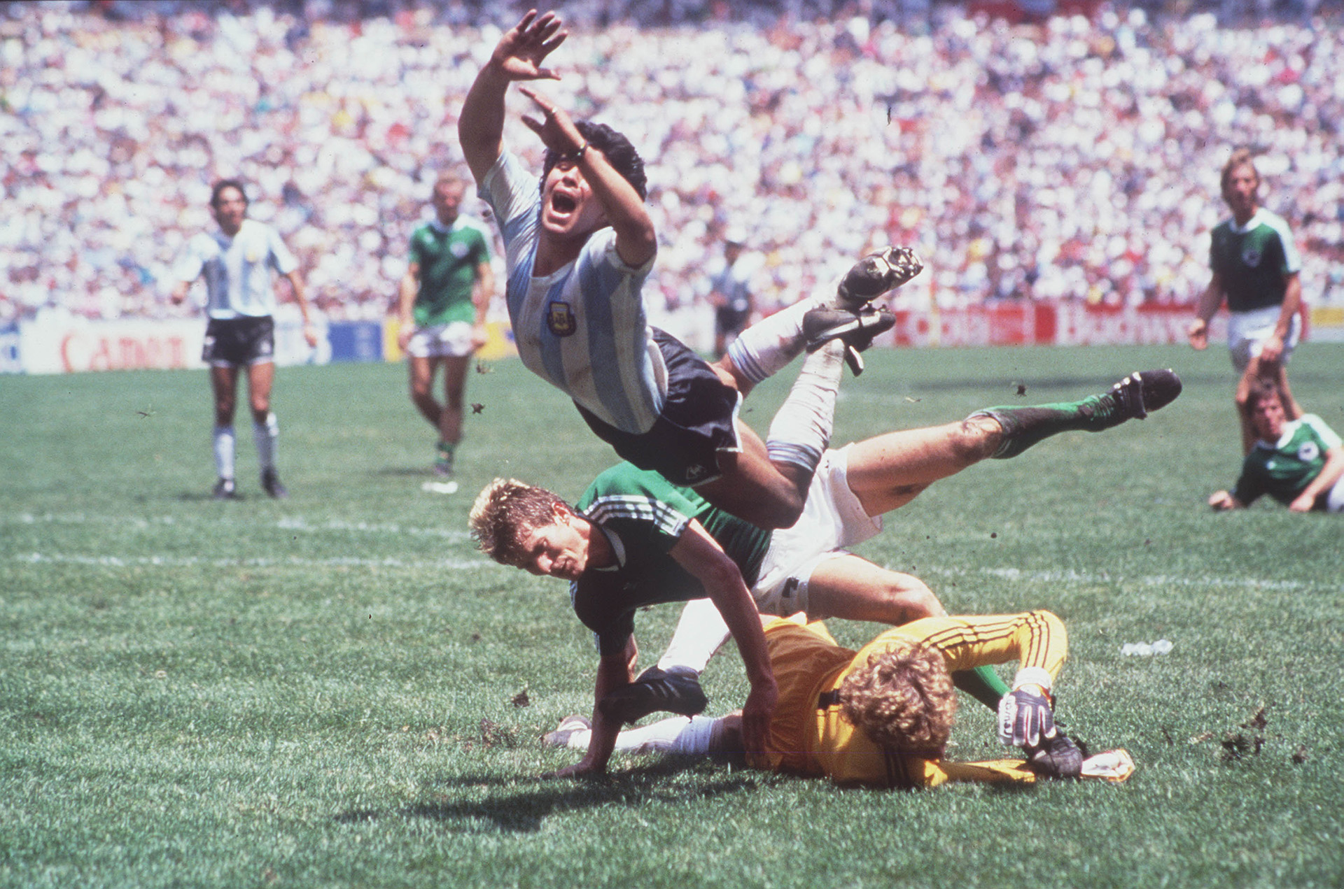 Maradona vuela por los aires al chocar conSchumacher y Karl Heinz Foerster